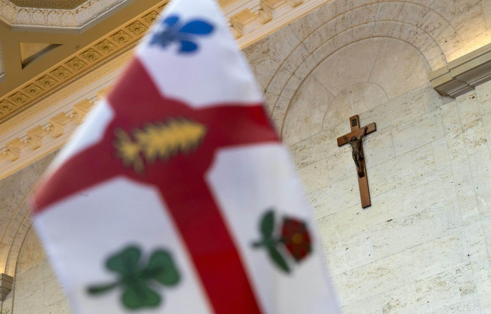 L'administration municipale de Montréal profitera de travaux de rénovation effectués dans la salle du conseil municipal pour retirer le crucifix qui orne un de ses murs. Le premier ministre François Legault songe aujourd'hui à imiter ce geste.