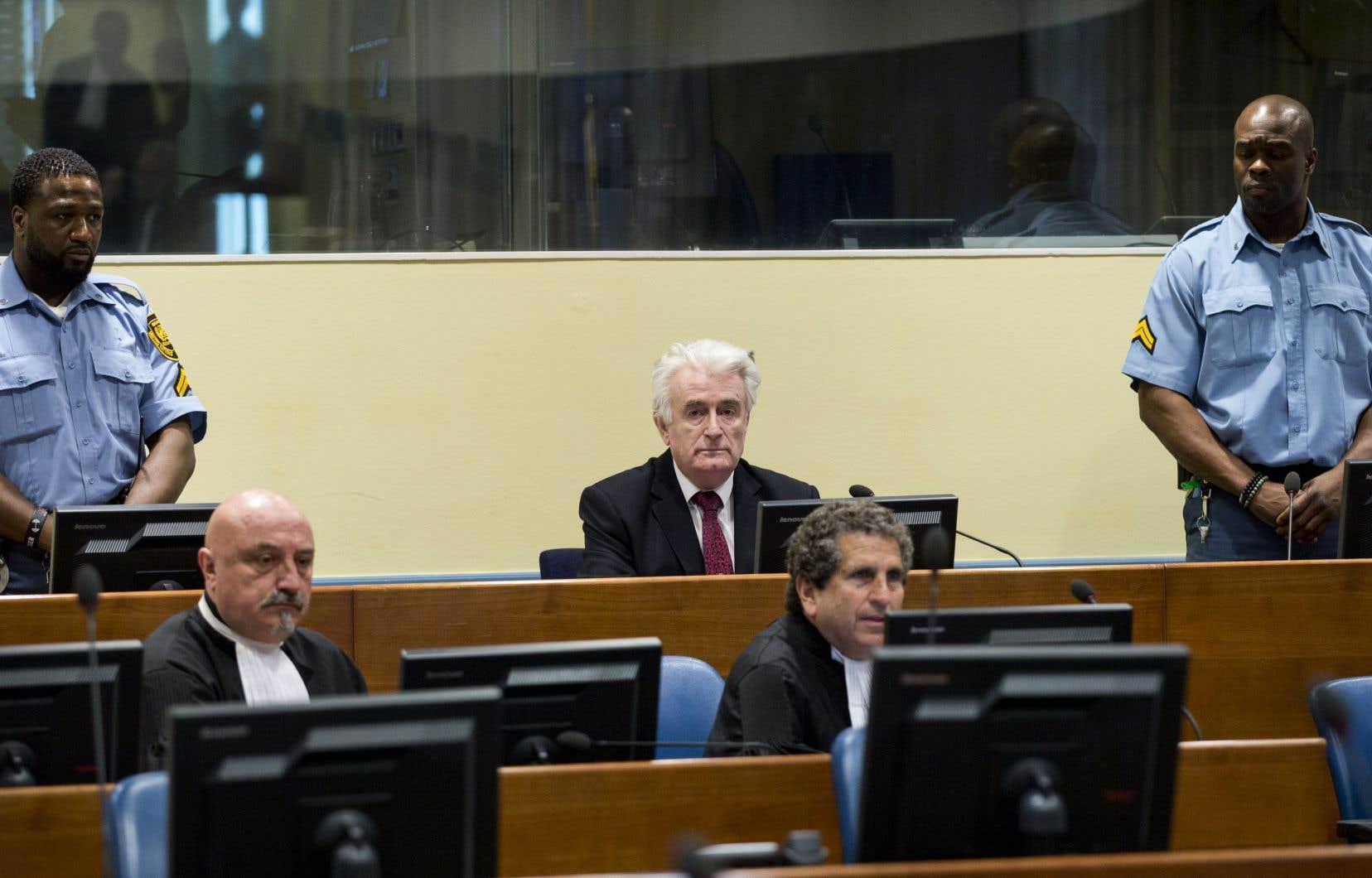 L'accusé, l'ex-chef politique des Serbes de Bosnie,Radovan Karadzic,a écouté, impassible, le verdict qui le condamne pourses crimes pendant la guerre de Bosnie (1992-1995).