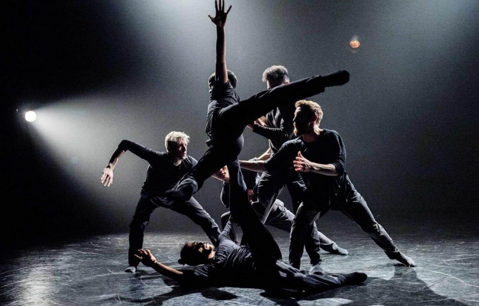 Dans les nombreux solos qui s'enchaînent au long de la pièce, les personnalités distinctes des danseurs se trouvent soulignées.
