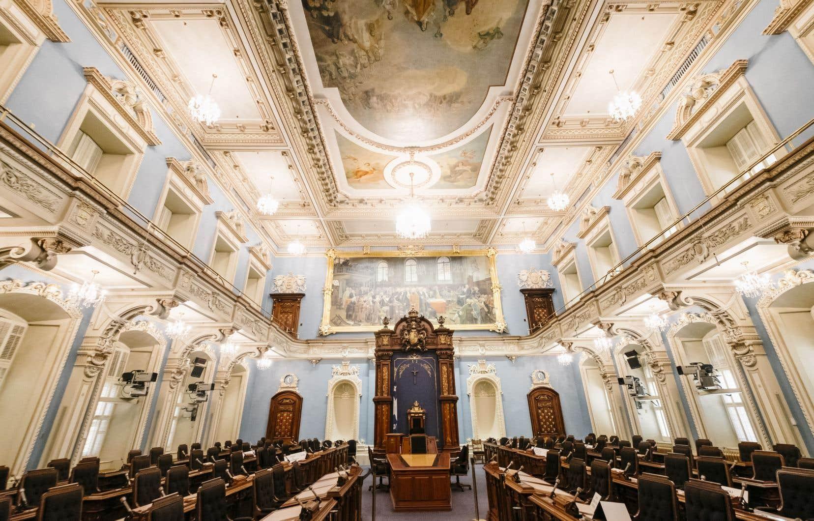 En 1936, Maurice Duplessis fait accrocher un crucifix au-dessus du fauteuil du président de l'assemblée législative afin d'affirmer le caractère catholique de la «Province».