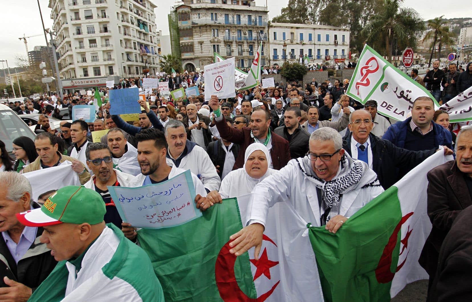 Depuis un mois,une crise politique séviten Algérie.Le camp duchef de l'État algérien, Abdelaziz Bouteflika,continuait mercredi de se fissurer face à la contestation.