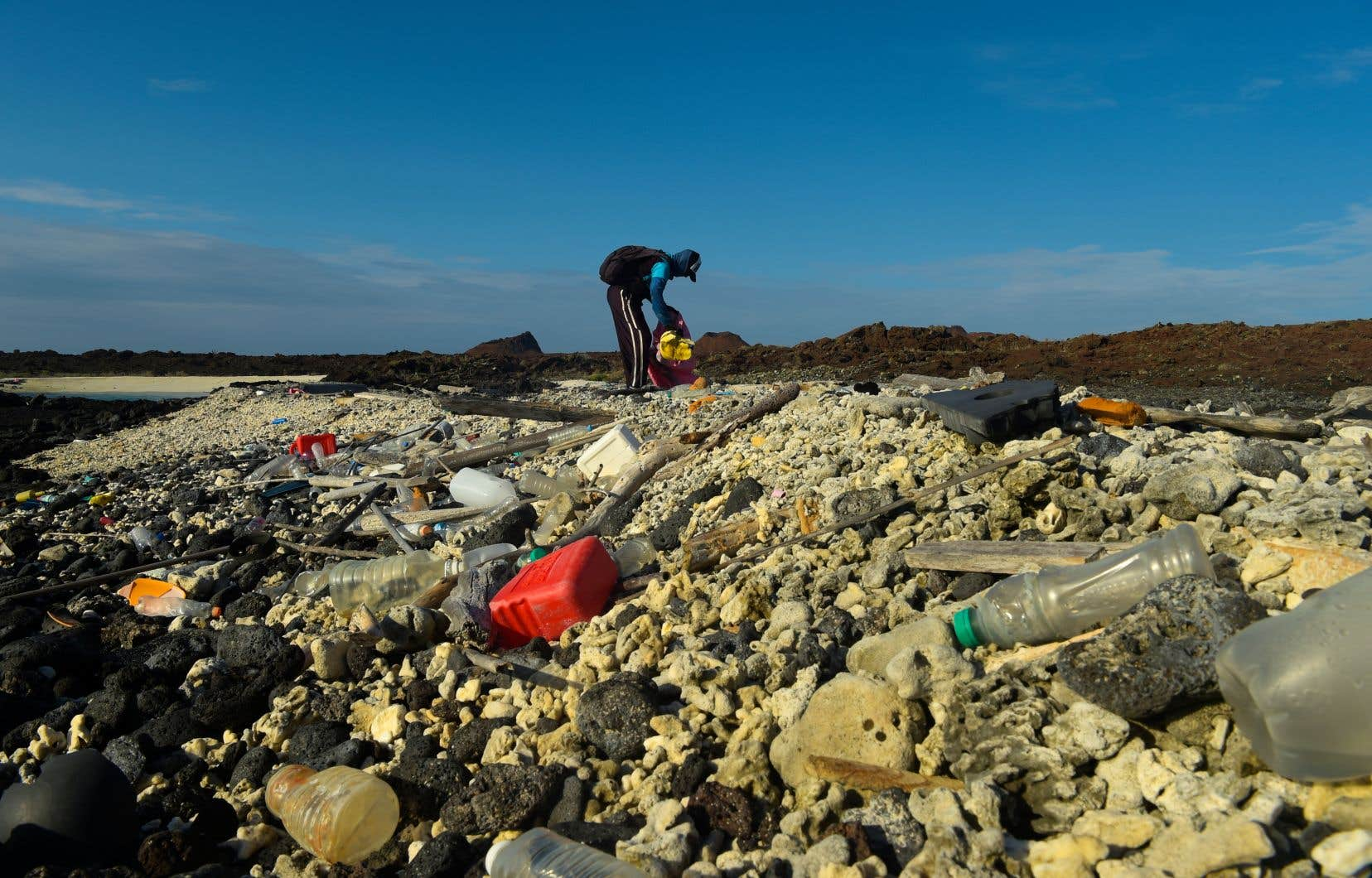 <p>Des ordures de plastique de toutes sortes se mêlent et s'accumulent face aux côtes, s'infiltrant jusque dans les fissures des couches de lave volcanique pétrifiée des Galápagos.</p>