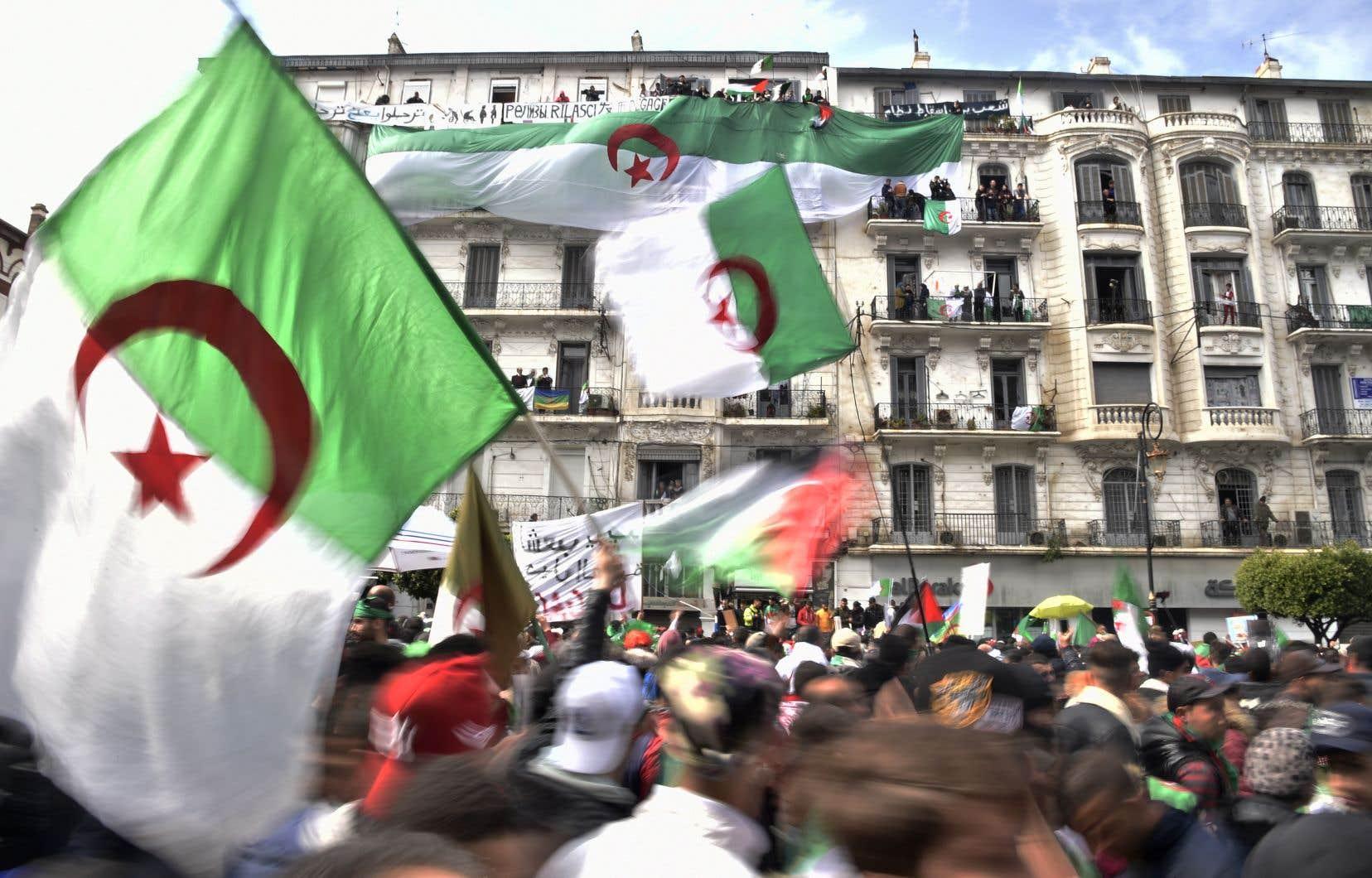 <p>Les rues du centre d'Alger sont noires de monde vendredi malgré des averses régulières depuis le matin.</p>