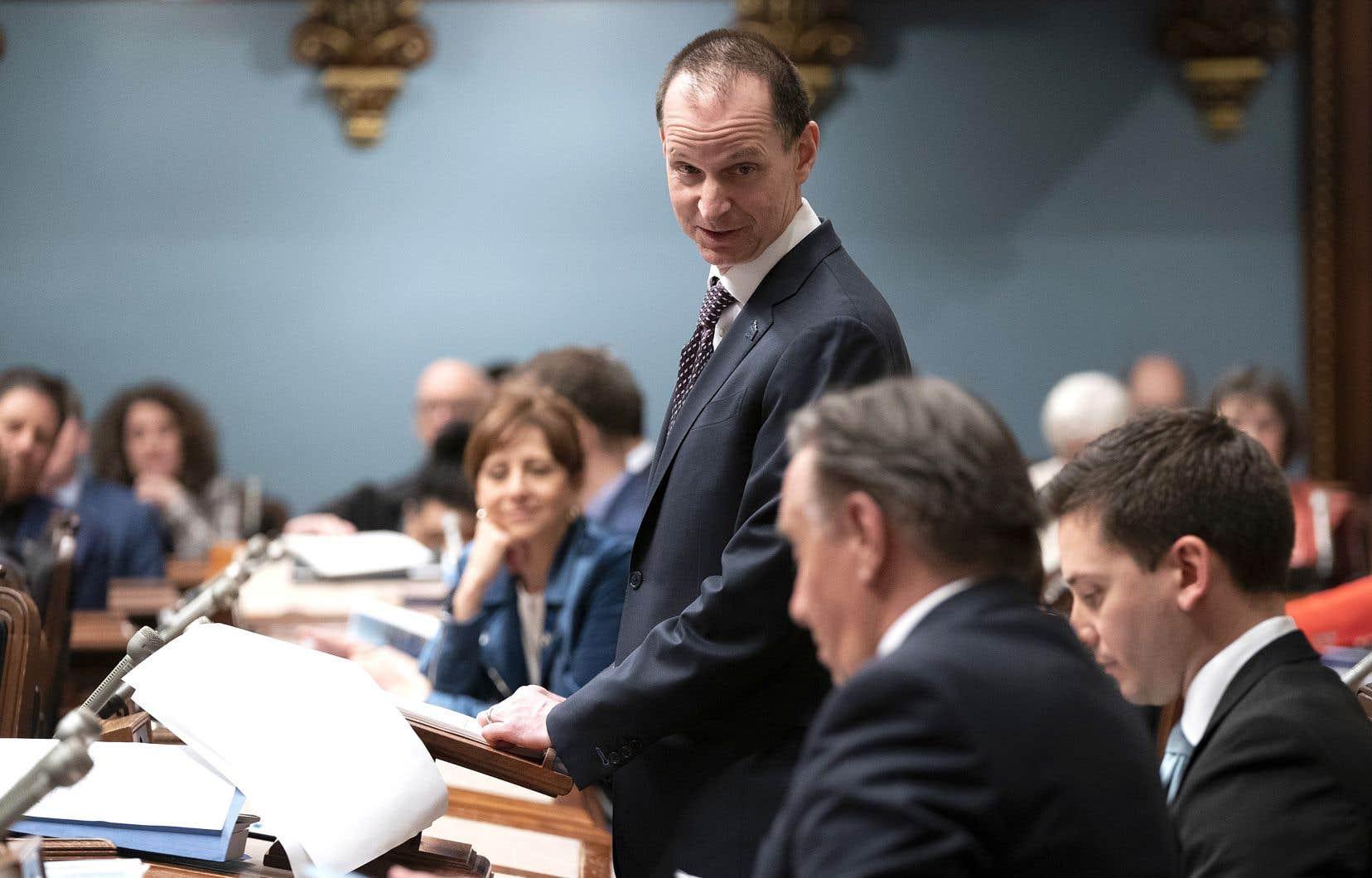 Le ministre Eric Girard jette un coup d'œil au premier ministre Legault lors de la présentation de son premier budget, jeudi, à l'Assemblée nationale.