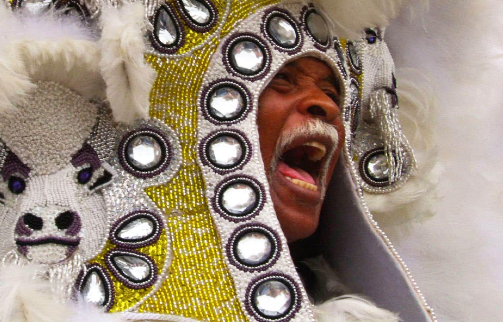 Le Mardis gras autochtone que nous dépeint «Black Indians» s'est installé à La Nouvelle-Orléansdepuis quatre générations, en marge du Mardi gras officiel, autrefois réservé aux seuls Blancs.
