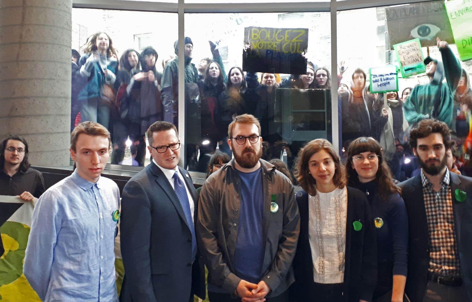 Alors que les militants étudiants rencontraient le ministre Benoit Charette, des jeunes du secondaire manifestaient à l'extérieur pour réclamer des mesures plus ambitieuses.