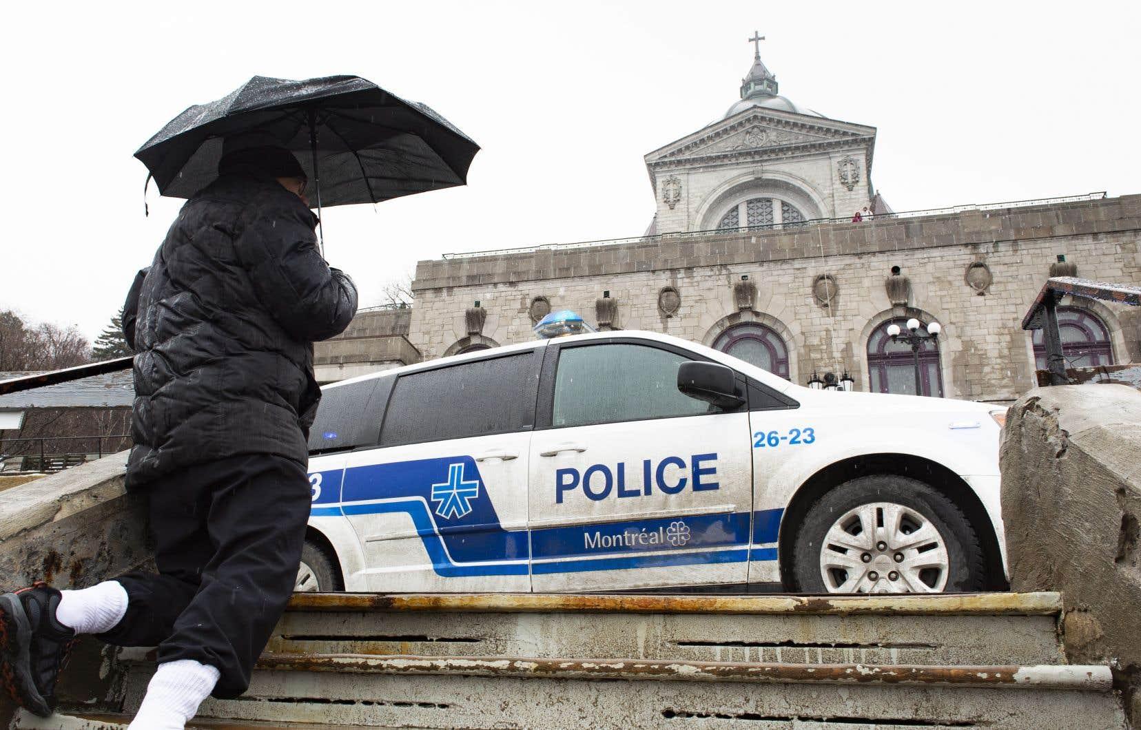 L'agression est survenue vendredi peu après 8h30. Un homme s'est dirigé d'un pas rapide et déterminé derrière l'autel, a sorti un couteau et l'a porté contre le prêtre Claude Grou à au moins deux reprises.