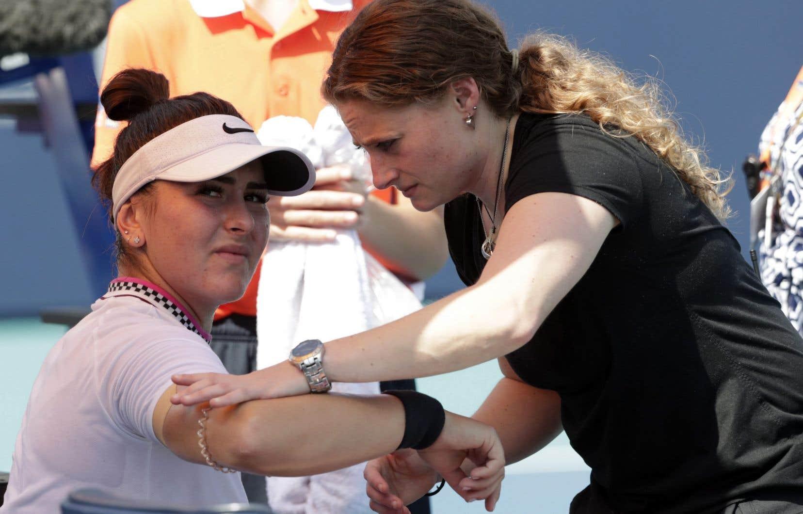 Bianca Andreescu a semblé gênée par une blessure au bras droit et a même reçu la visite d'une thérapeute athlétique.