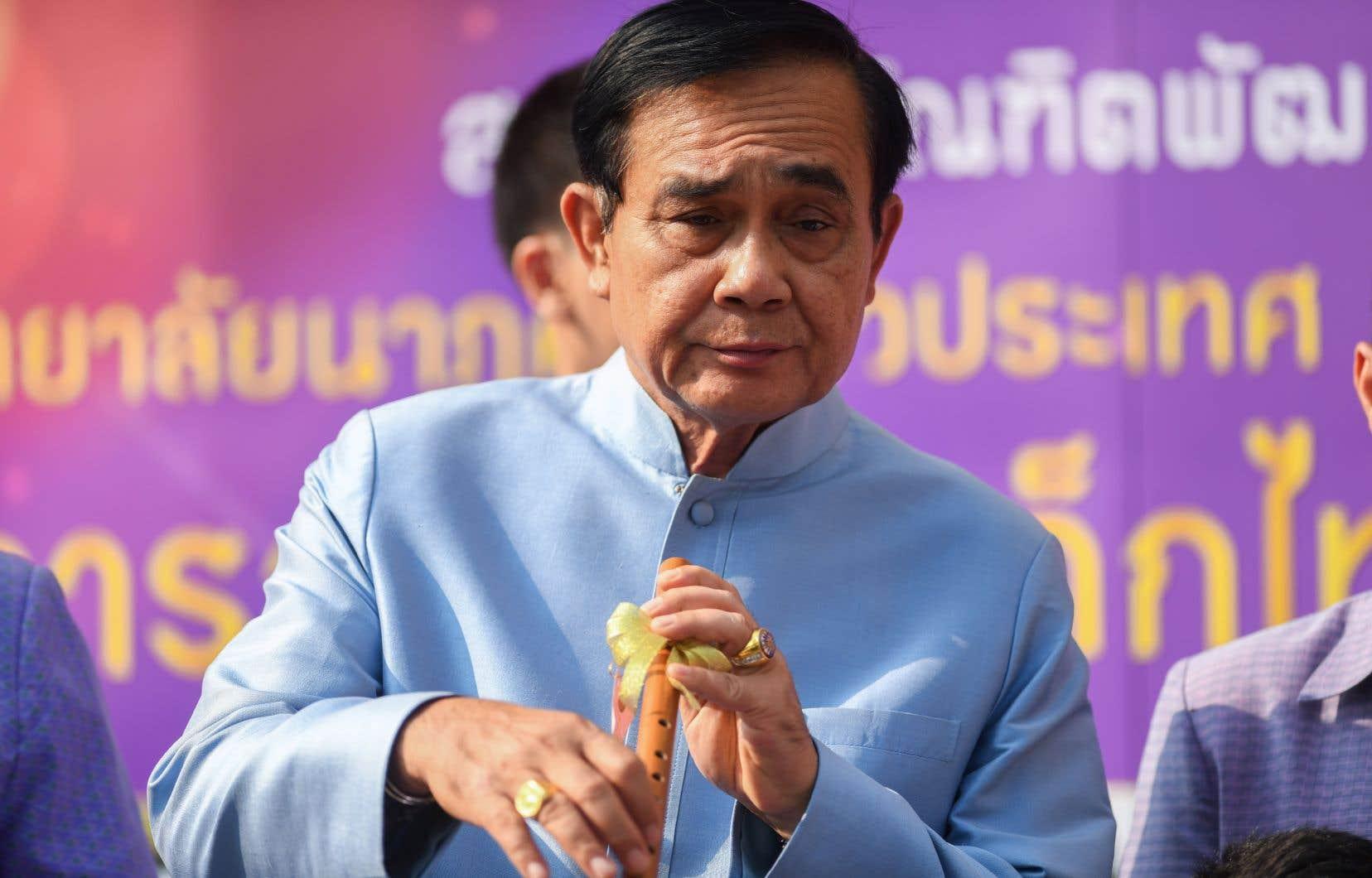Le chef de la junte Prayut Chan-O-Cha, confiant dans ses chances de victoire, est allé jusqu'à jouer quelques notes de flûte devant les caméras.
