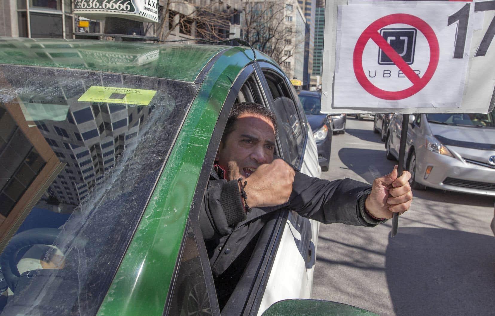 Les protestations des chauffeurs de taxi ont causé de très importants bouchons de circulation à Montréal lundi.