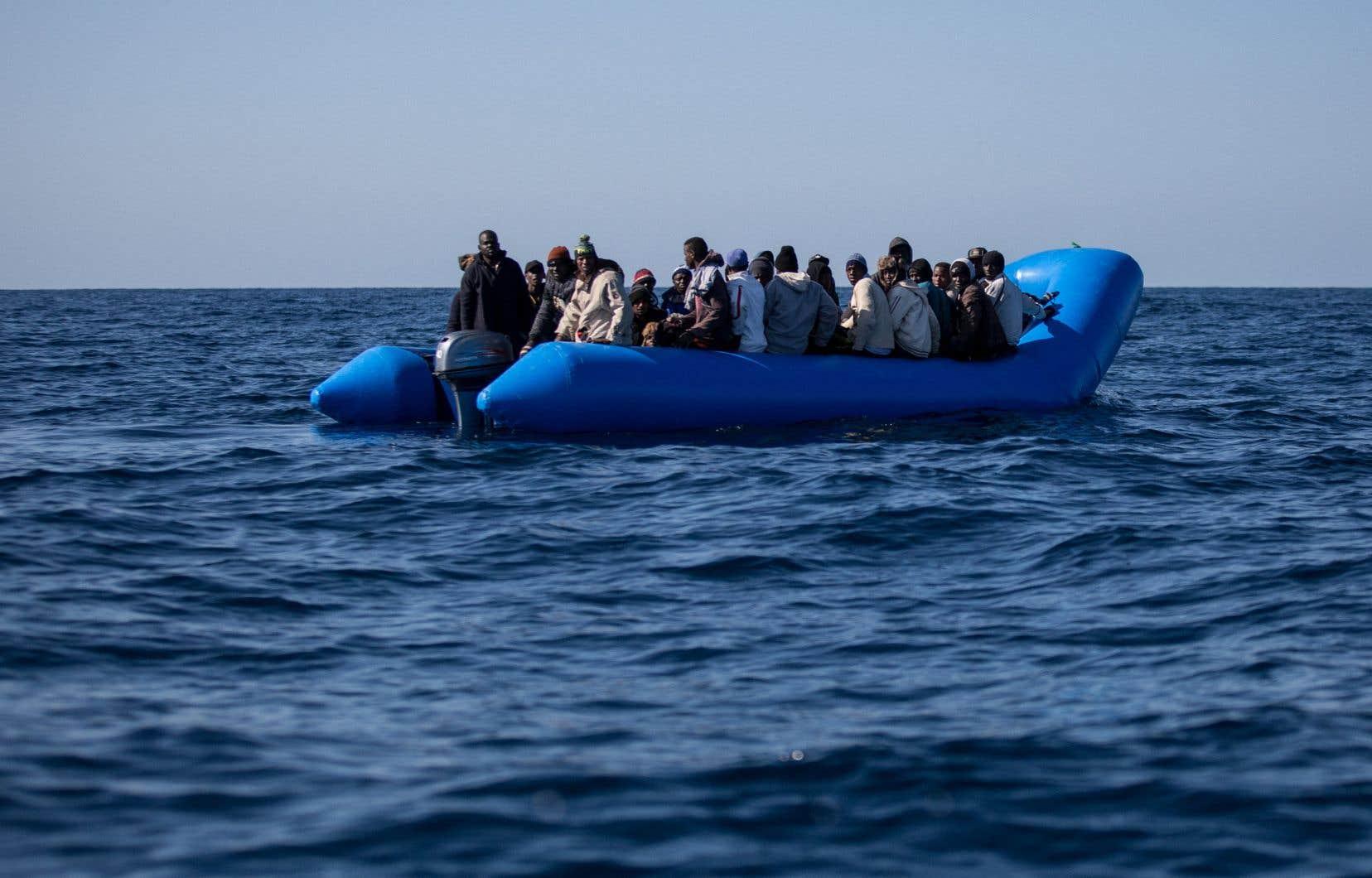 47 migrants à bord d'un bateau pneumatique sont repérés au large de la Libye, au mois de janvier.