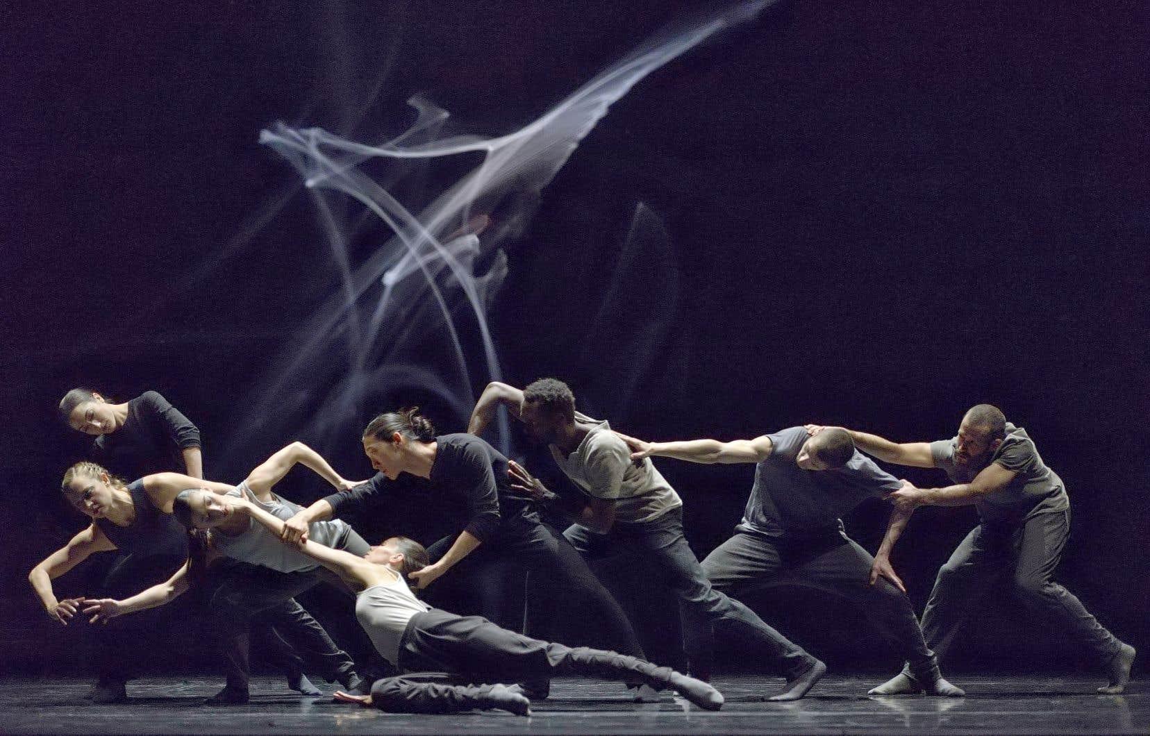 Sur le plateau, huit danseurs incarnent un dialogue explorant le conflit, la comédie et la corruption, dans la relation puissante entre le corps et la parole.