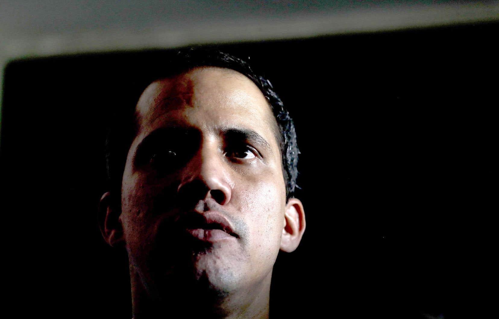 Juan Guaidó, reconnu comme président par intérim du Venezuela par une cinquantaine de pays, a rejeté la sanction du contrôleur général lors d'un discours devant ses partisans.