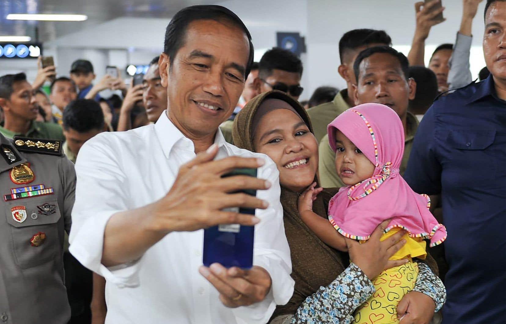 Les derniers sondages donnent une avance confortable d'une vingtaine de points de pourcentage à Joko Widodo.