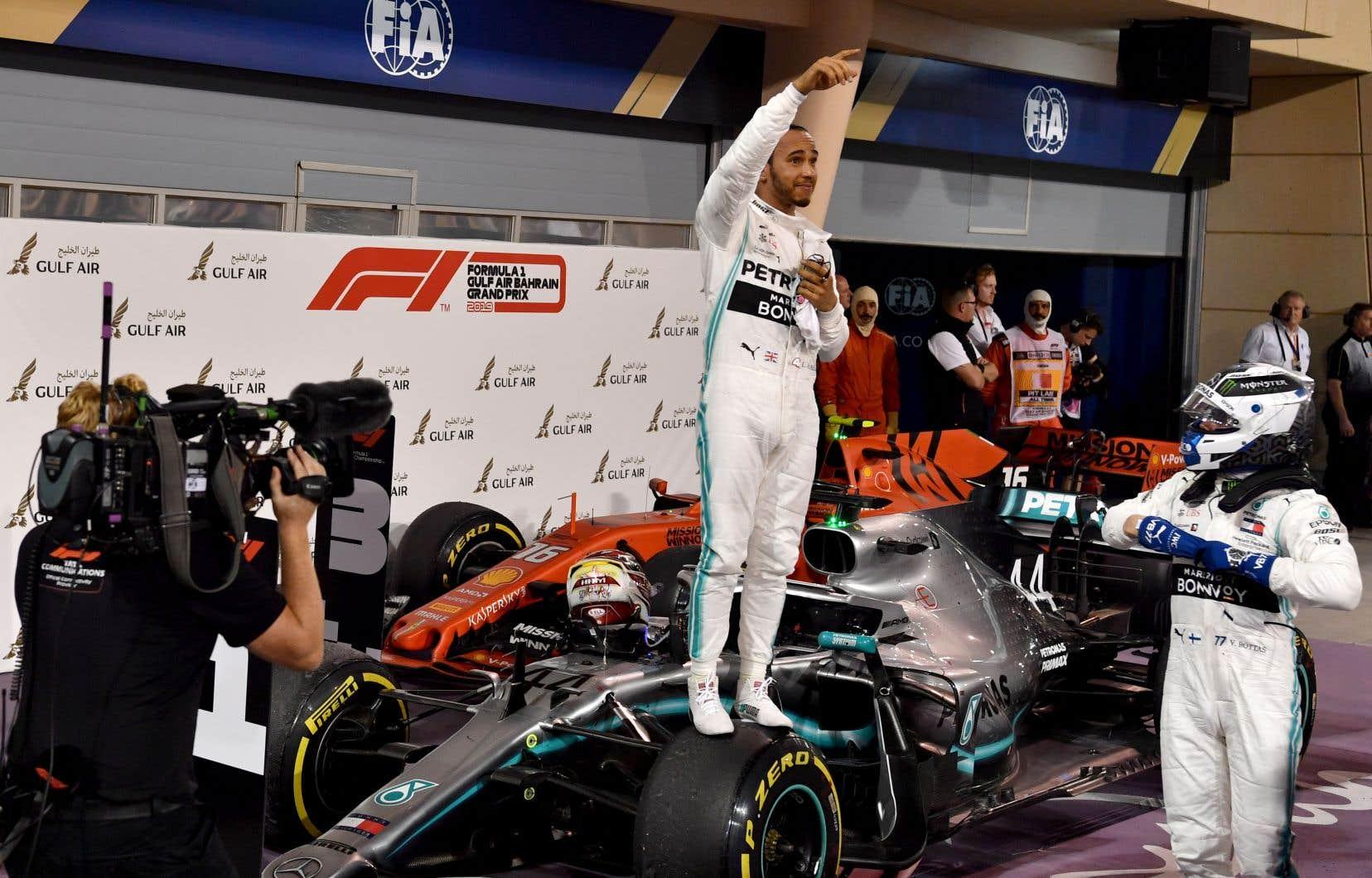 Les troubles mécaniques de la monoplace de Charles Leclerc ont permis à Lewis Hamilton, le champion en titre, d'effacer un déficit de dix secondes et de procurer un doublé à Mercedes.