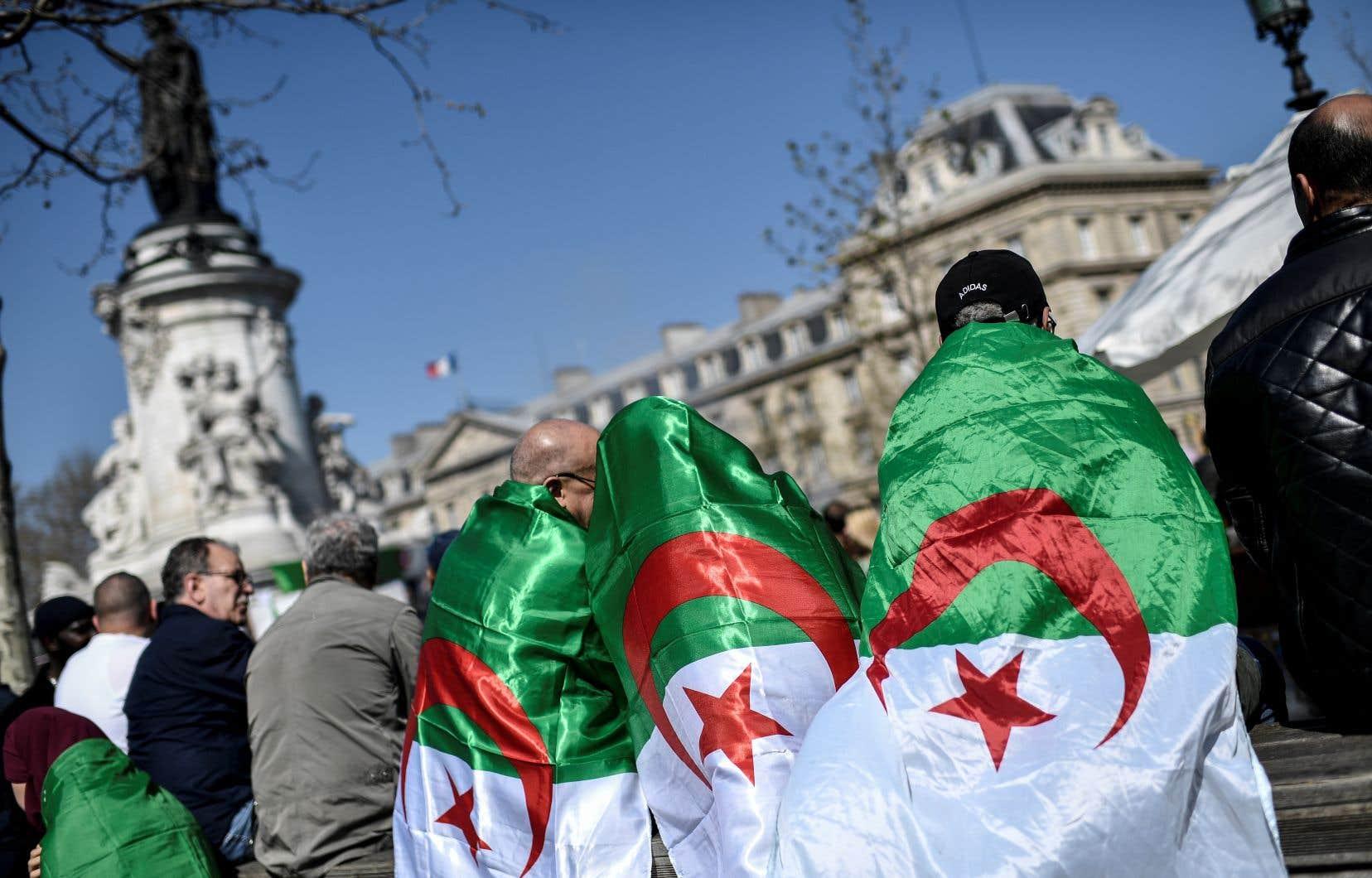 Des milliers de protestataires ont manifesté leur rejet du régime d'Abdelaziz Bouteflika, dimanche, à Paris.