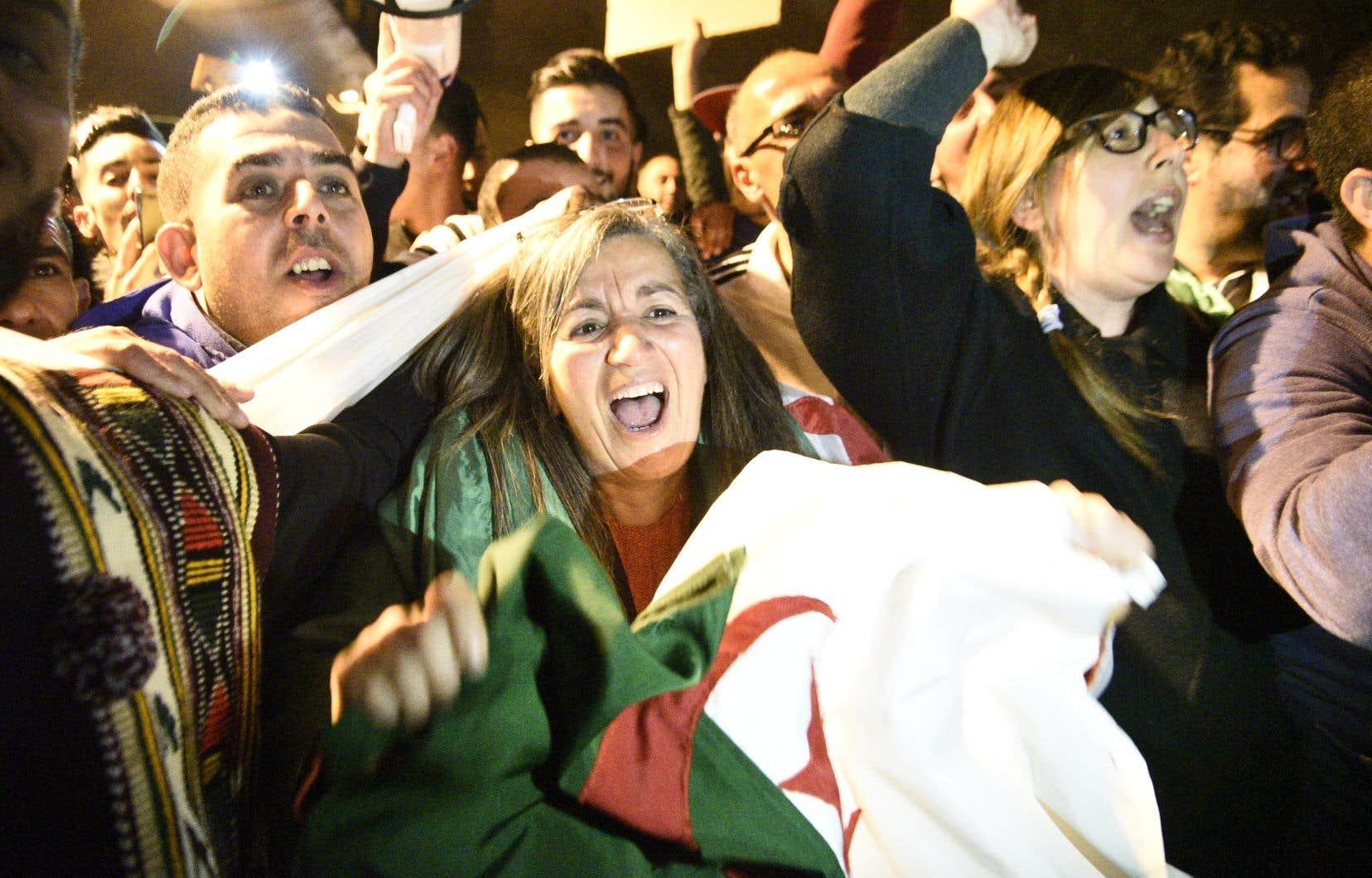 <p>Depuis plus d'un mois, des millions de manifestants à travers l'Algérie réclamaient dans le calme le départ d'Abdelaziz Bouteflika, mais aussi celui de son entourage et plus largement du «système» au pouvoir.</p>