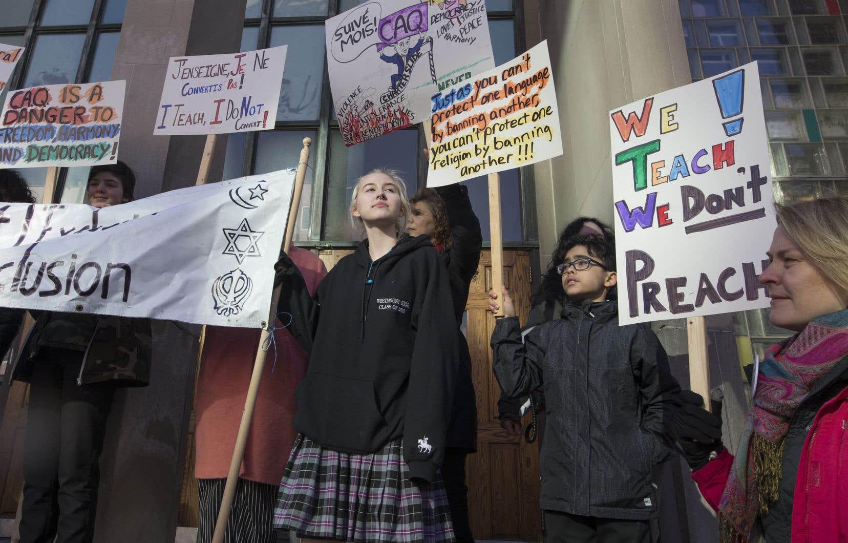 Plusieurs dizaines d'opposants au projet de loi 21 sur la laïcité ont formé une chaîne humaine autour de l'école secondaire anglophone Westmount mercredi matin.