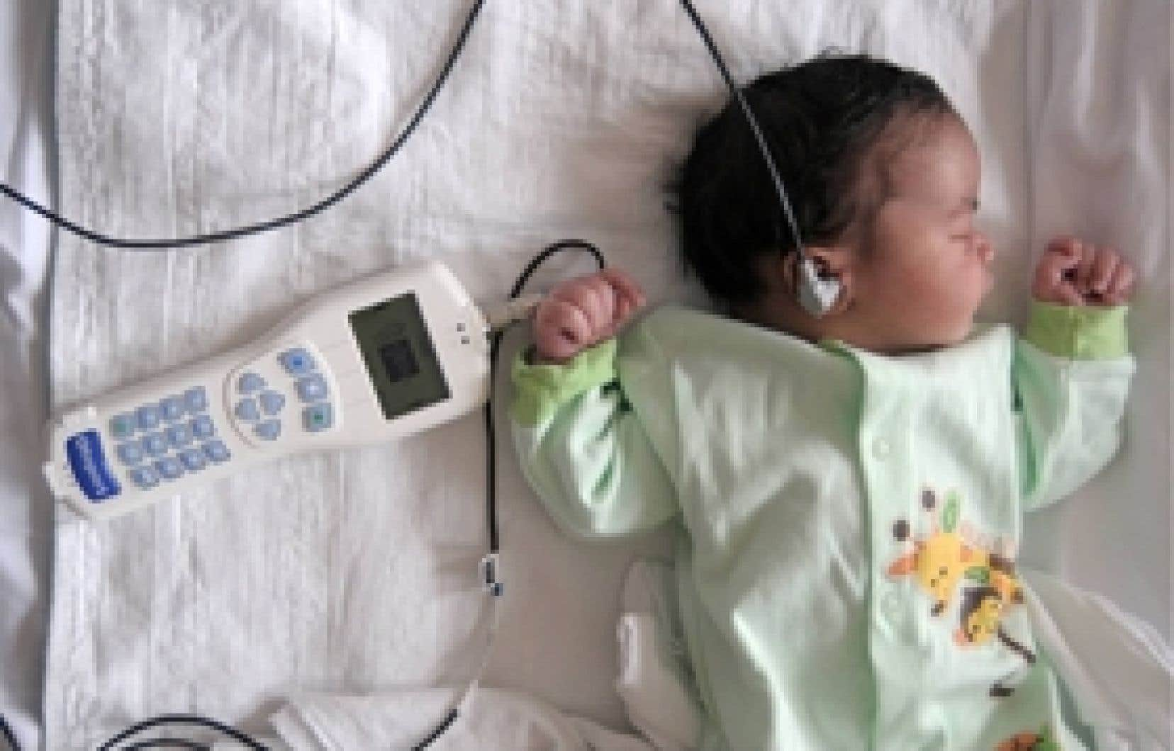 Le dépistage de la surdité chez les bébés est d'une simplicité enfantine. Ses résultats sont fournis par un appareil électronique ultra-léger qui peut être utilisé par n'importe quel membre du personnel. Si le diagnostic de surdité est pos