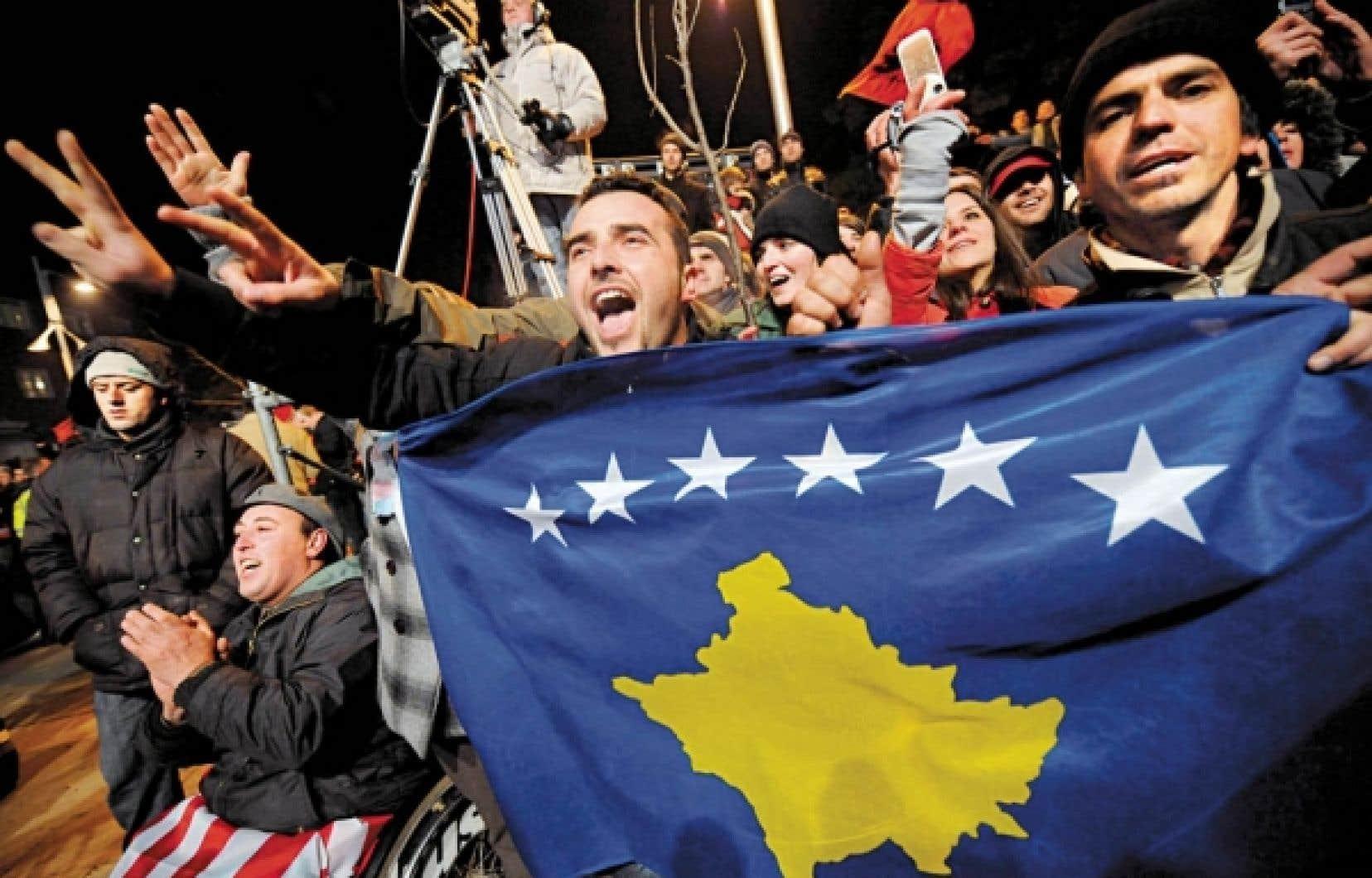 Des Kosovars célèbrent l'indépendance du Kosovo, proclamée en février 2008.<br />