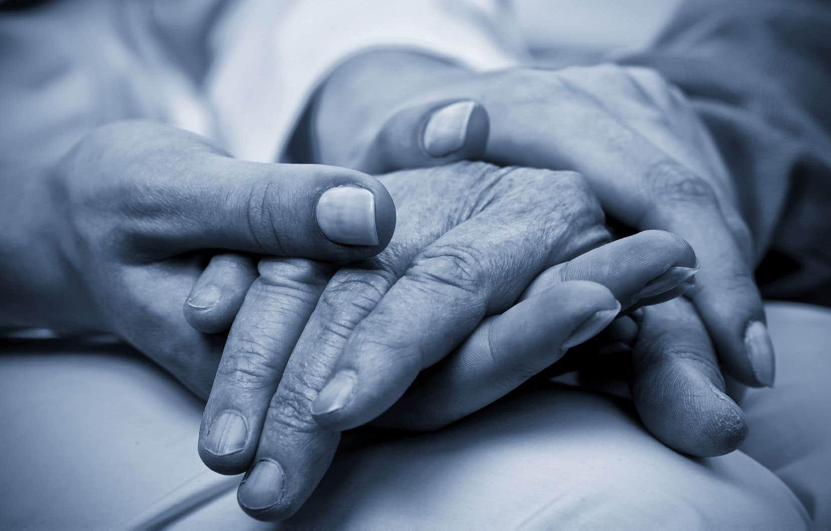 La ministre de la Santé, Danielle McCann, est favorable à l'idée de bonifier la formation des nouveaux médecins en ajoutant des notions sur les soins de fin de vie.