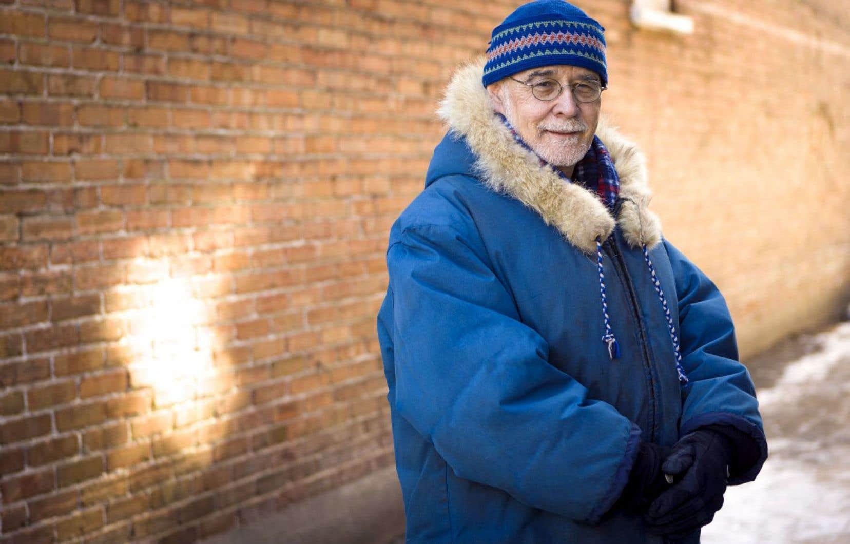 Jean Désy, l'éternel nomade de 65ans, raconte dans cet essai aussi dur qu'émerveillé quatre années de vie entre son port d'attache de Québec et le village de Salluit, où il séjournait en tant que médecin dépanneur.