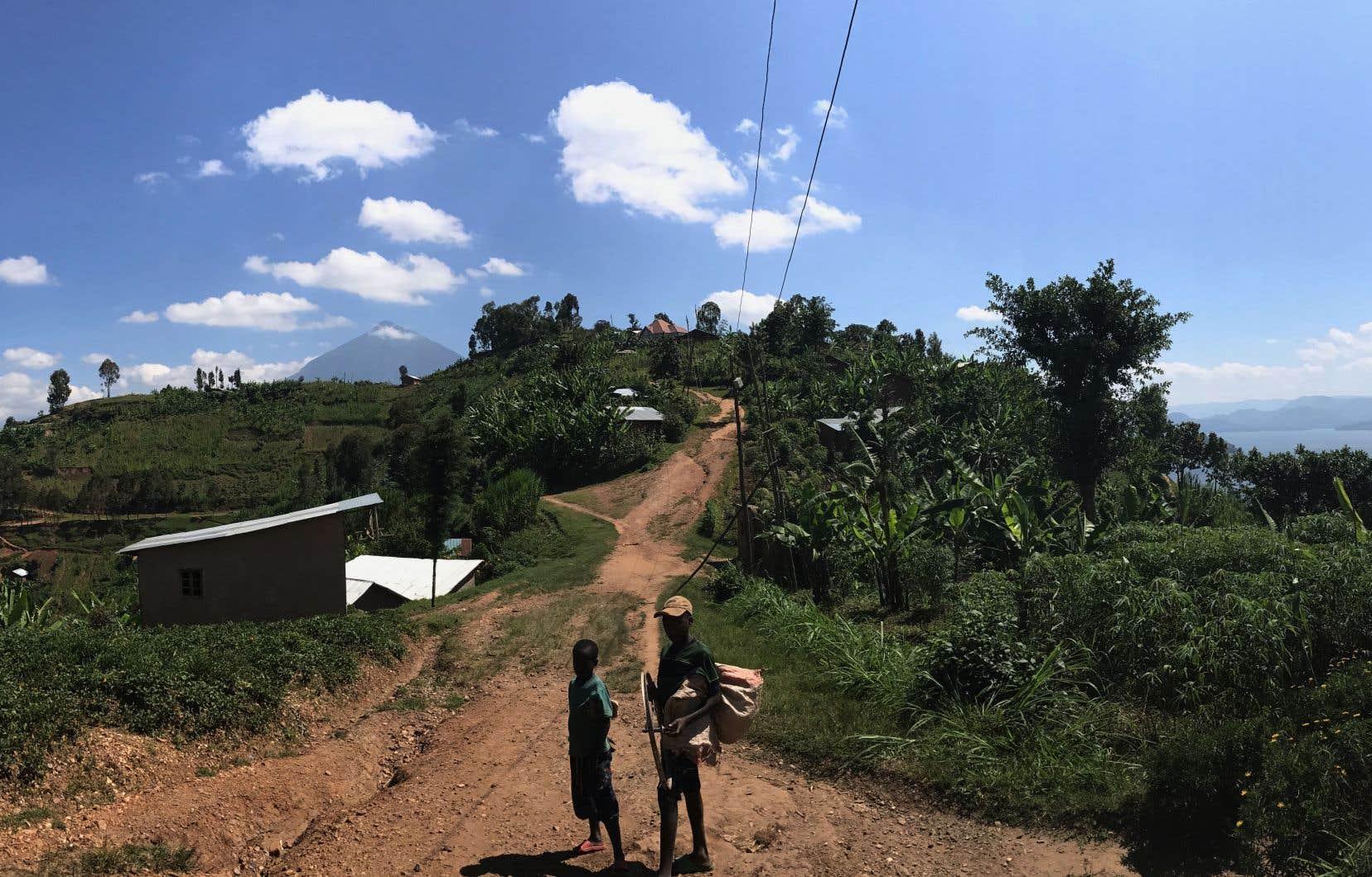 Deux petits garçons nous suivaient, curieux, sur la piste entre les lacs Burera (à droite) et Ruhondo, près de la frontière avec l'Ouganda.