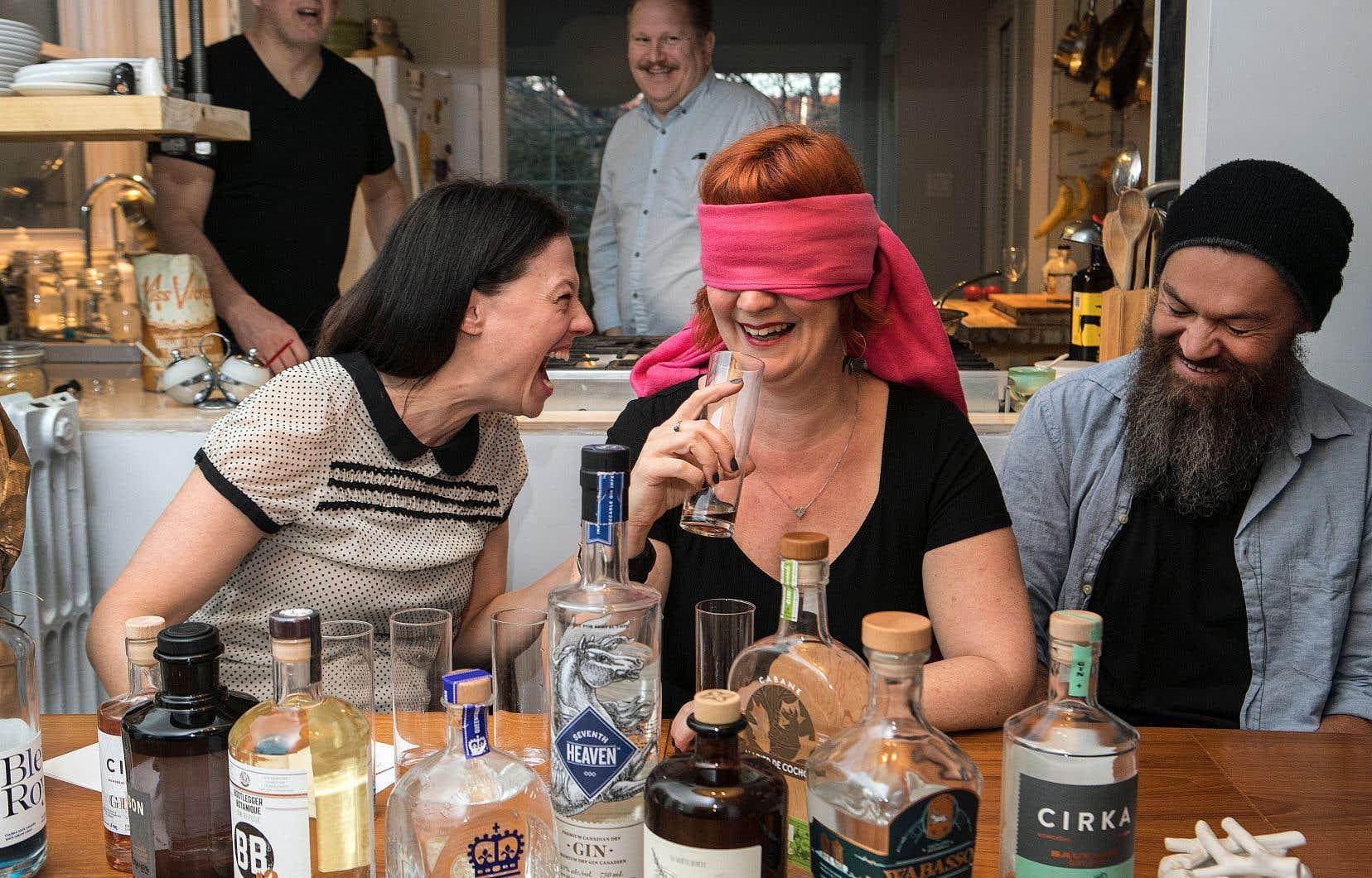 Sophie Lambert, Chloé Baril et Baptiste Gissinger, gourou nomade du gin, dans un moment de vérité en dégustation à l'aveugle.