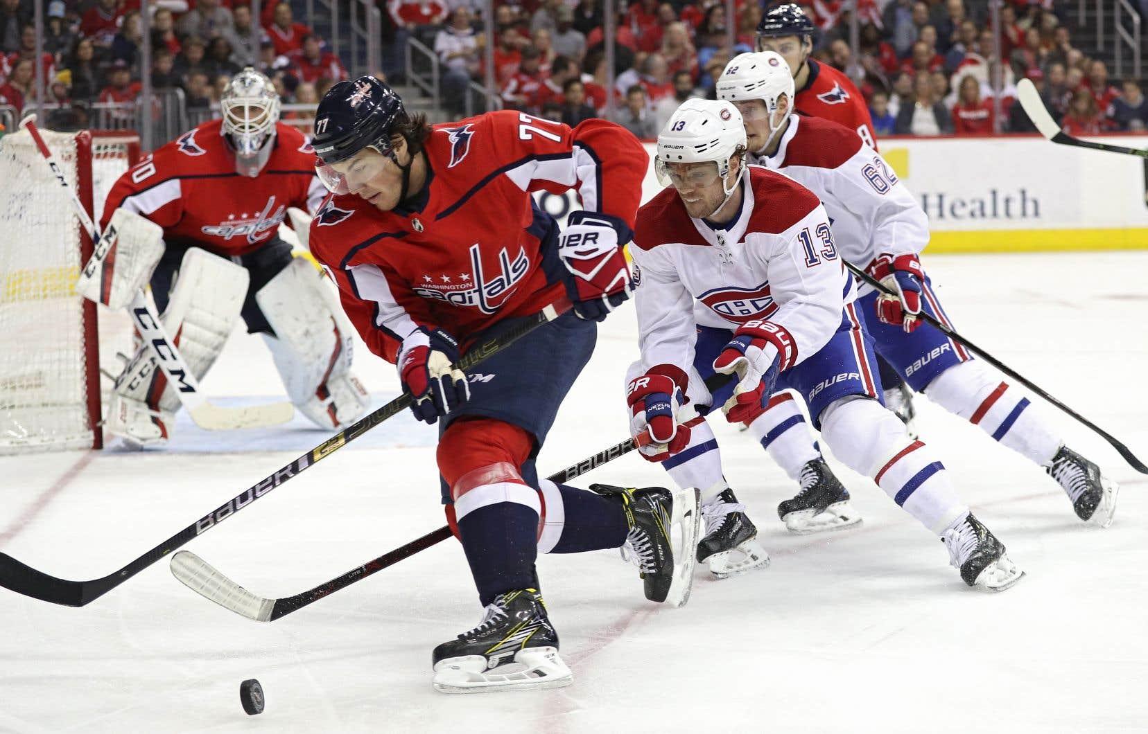 L'attaquant des Capitals T.J. Oshie déjoue le Canadien Max Domi, lors de la troisième période.