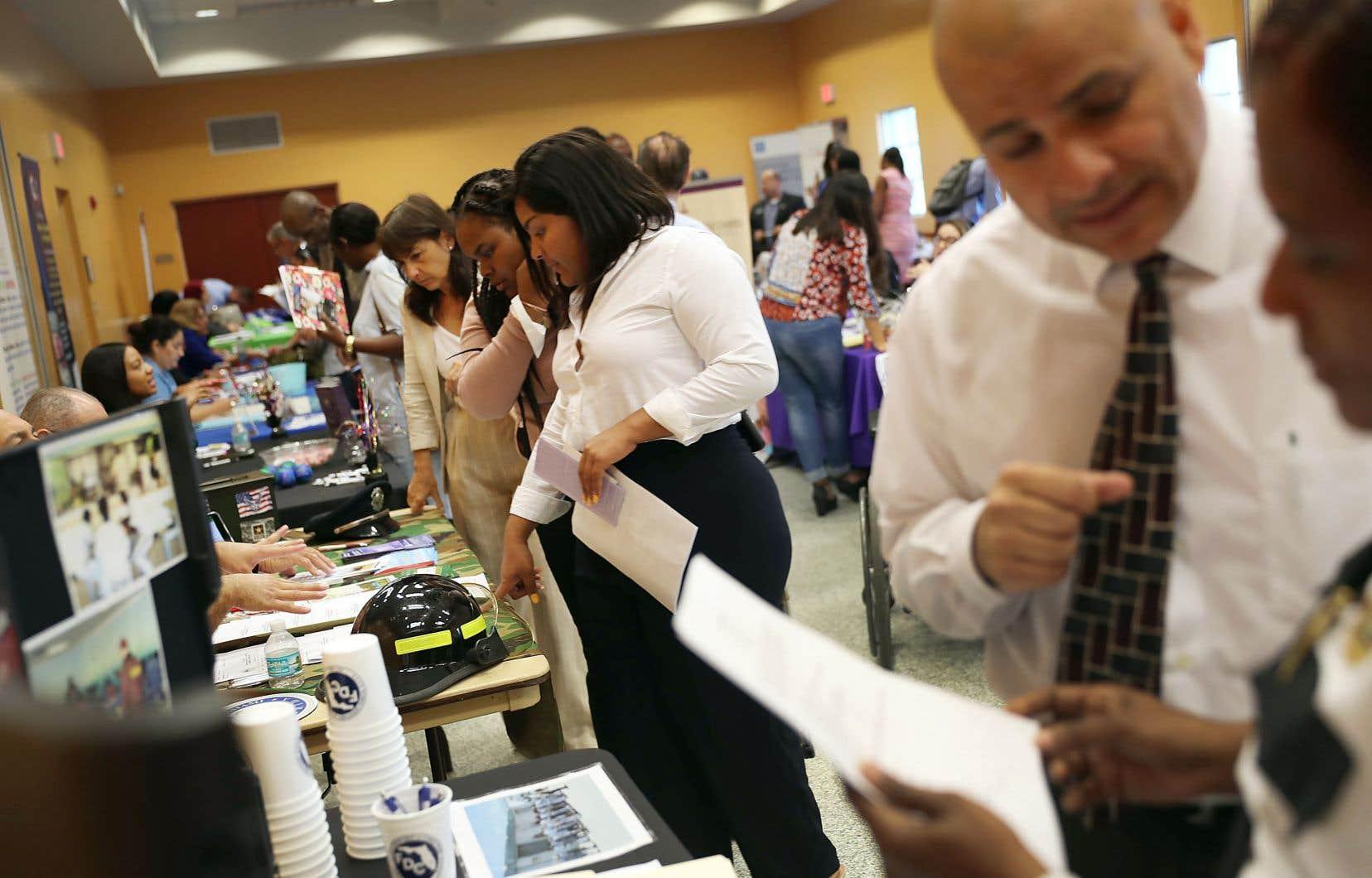 Des travailleurs participaient à une foire d'emploi, vendredi à Miami.