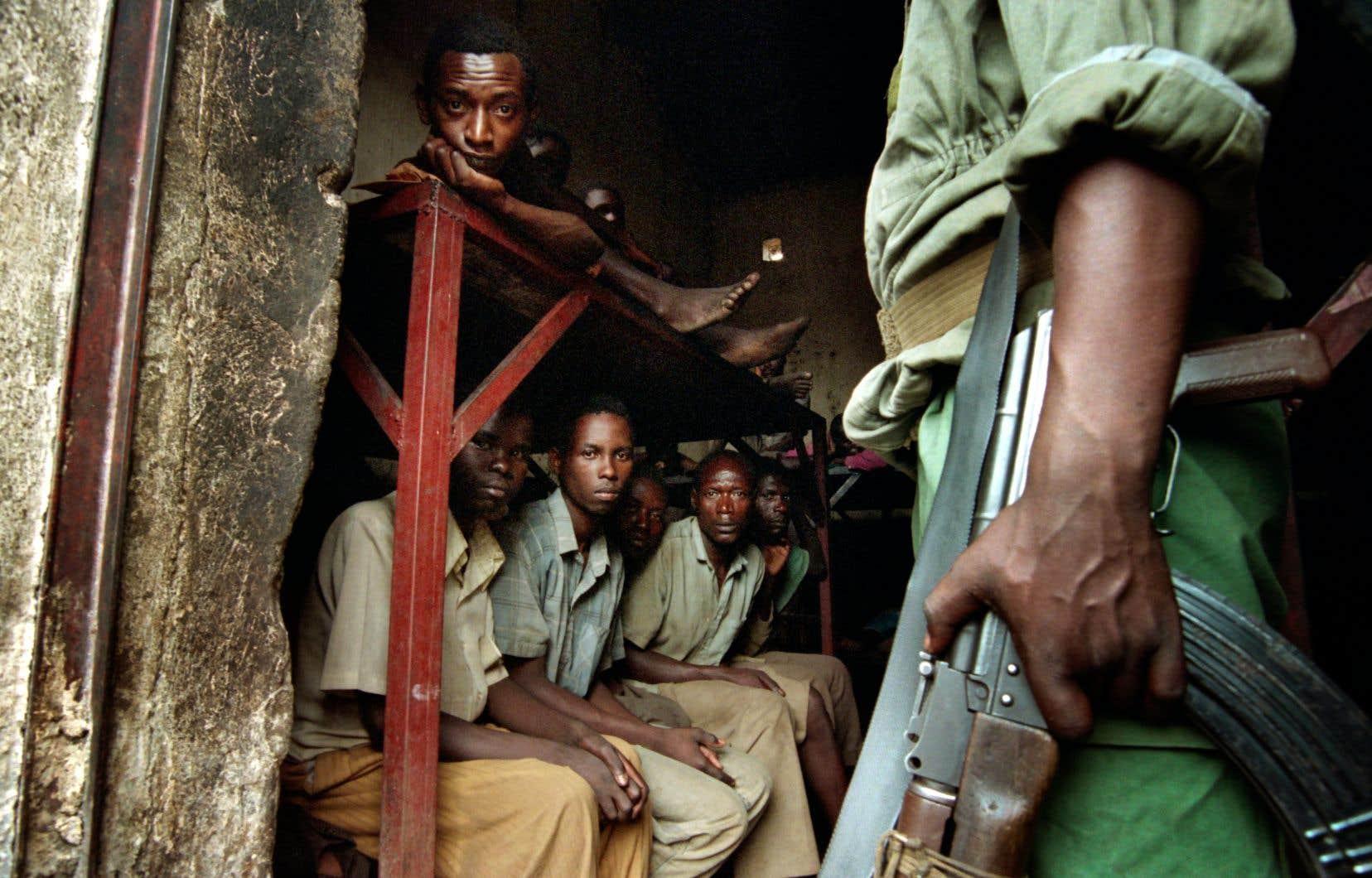 Un membre du FPR monte la garde d'une cellule de prison de Kibongo, en août 1994.