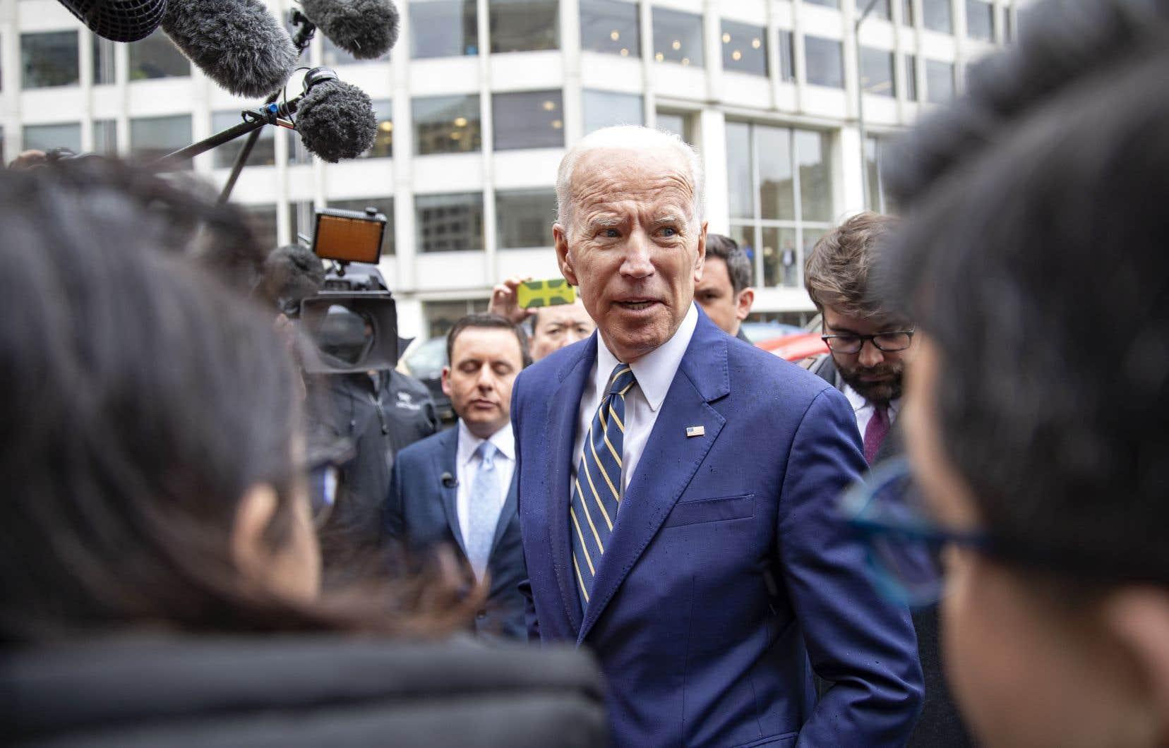 Joe Biden fait face depuis quelques jours à une controverse sur des gestes, comme des baisers ou des accolades, jugés trop appuyés par plusieurs femmes.