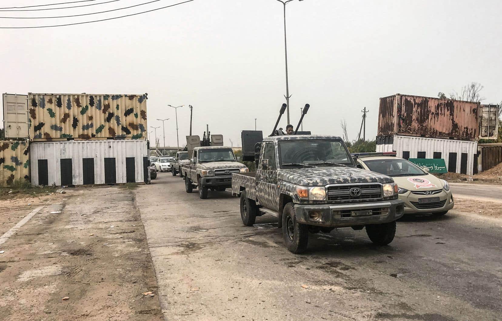 Un convoi du gouvernement de Fayez al-Sarraj est vu près de Tripoli, jeudi, à la suite d'affrontements à moins de 30 km de la ville.