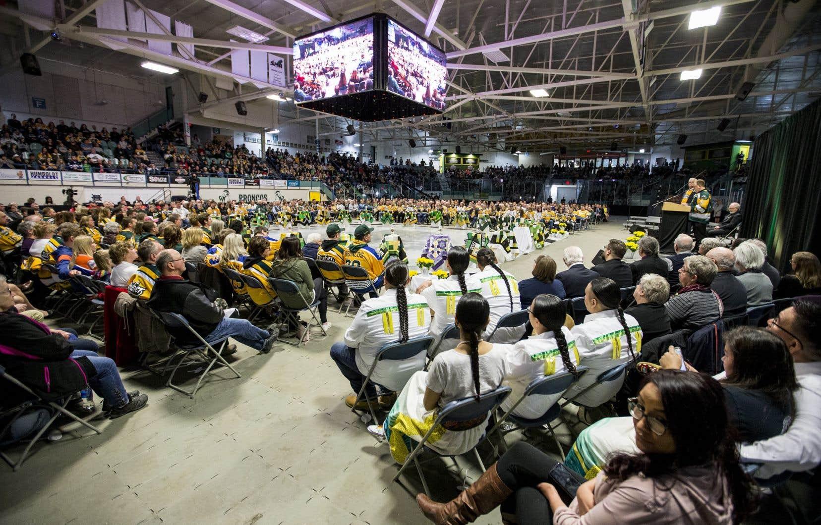 La messe s'est déroulée à l'aréna de Humboldt, où un moment de silence était prévu à 16h50, l'heure exacte de l'accident.