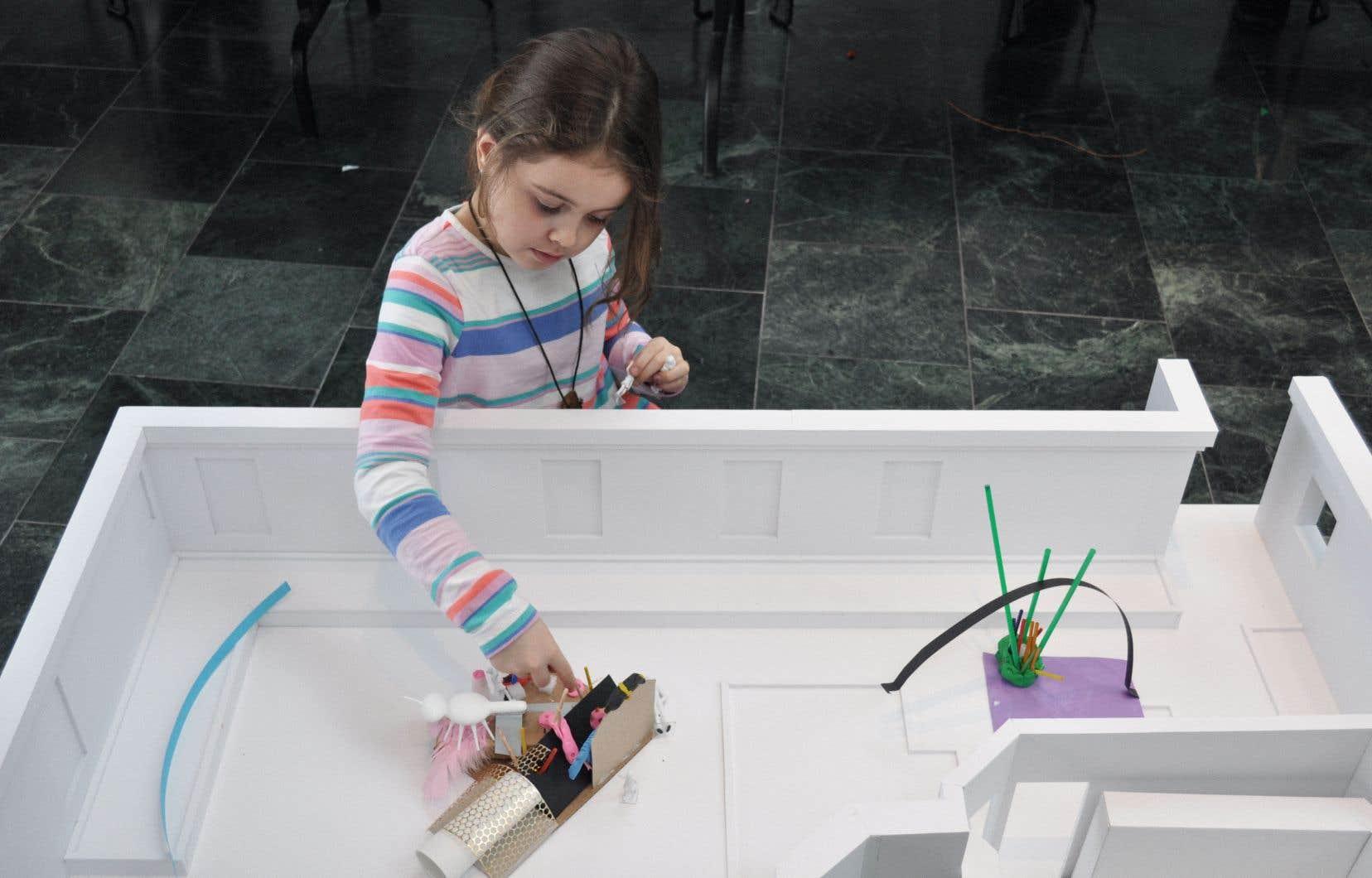 Les jeunes participants de l'exposition «Murmures», présentée au Musée national des beaux-arts du Québec, y apprivoisent le vocabulaire et les outils de l'architecture, et formulent des idées qui contribueront à l'idéation d'un véritable pavillon extérieur, qui verra le jour dans le jardin Pellan.