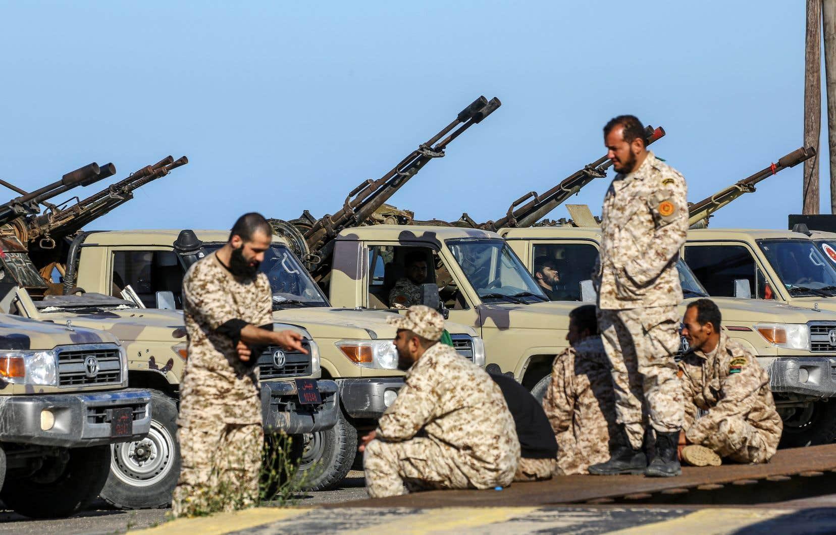 Pays riche en pétrole, la Libye est déchirée, depuis la chute du dictateur Mouammar Kadhafi en 2011, par de multiples conflits internes, mais l'offensive lancée jeudi par les forces du maréchal Haftar pour prendre Tripoli marque une nette dégradation entre les deux autorités se disputant le pouvoir.
