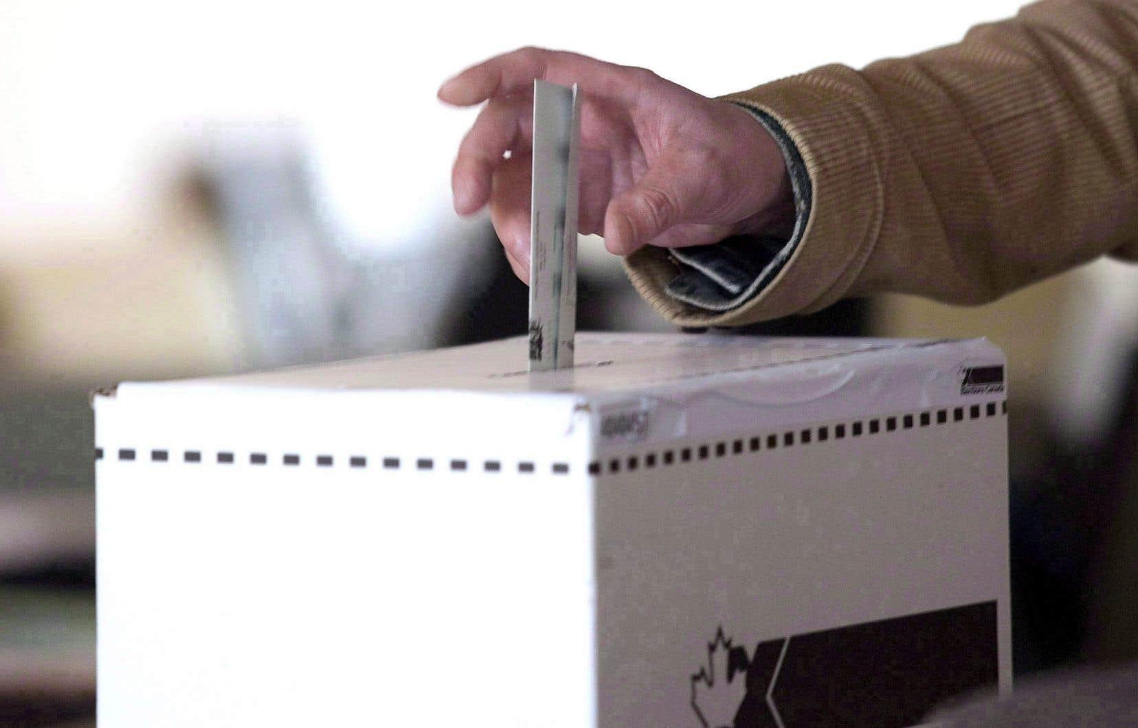Le CST rappelle que le fait que les élections fédérales canadiennes se fassent surtout sur papier les met à l'abri de tentatives de modification du résultat du compte des votes.
