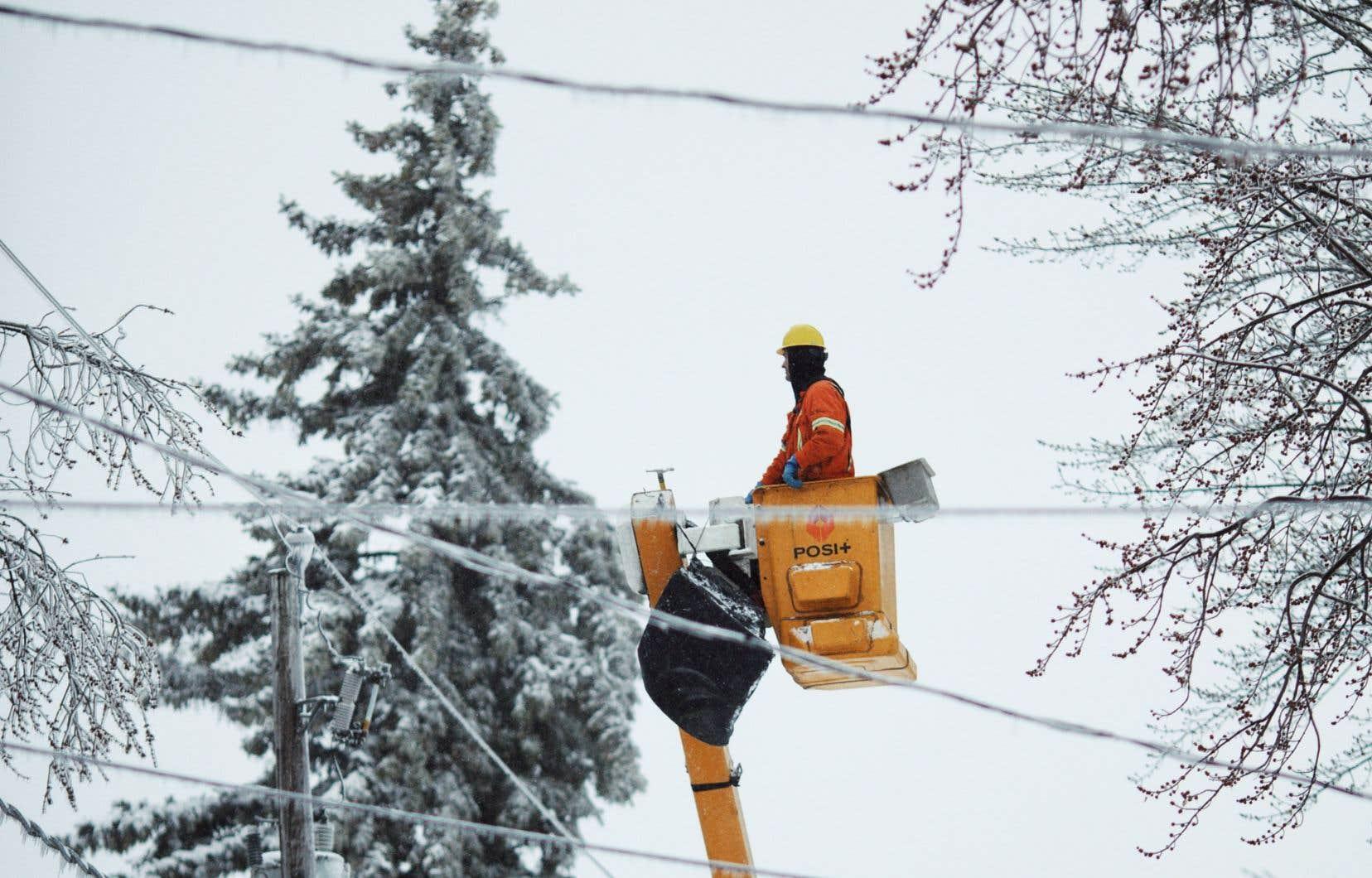 Les équipes d'Hydro-Québec étaient à pied d'œuvre pour rétablir le courant le plus rapidement possible.