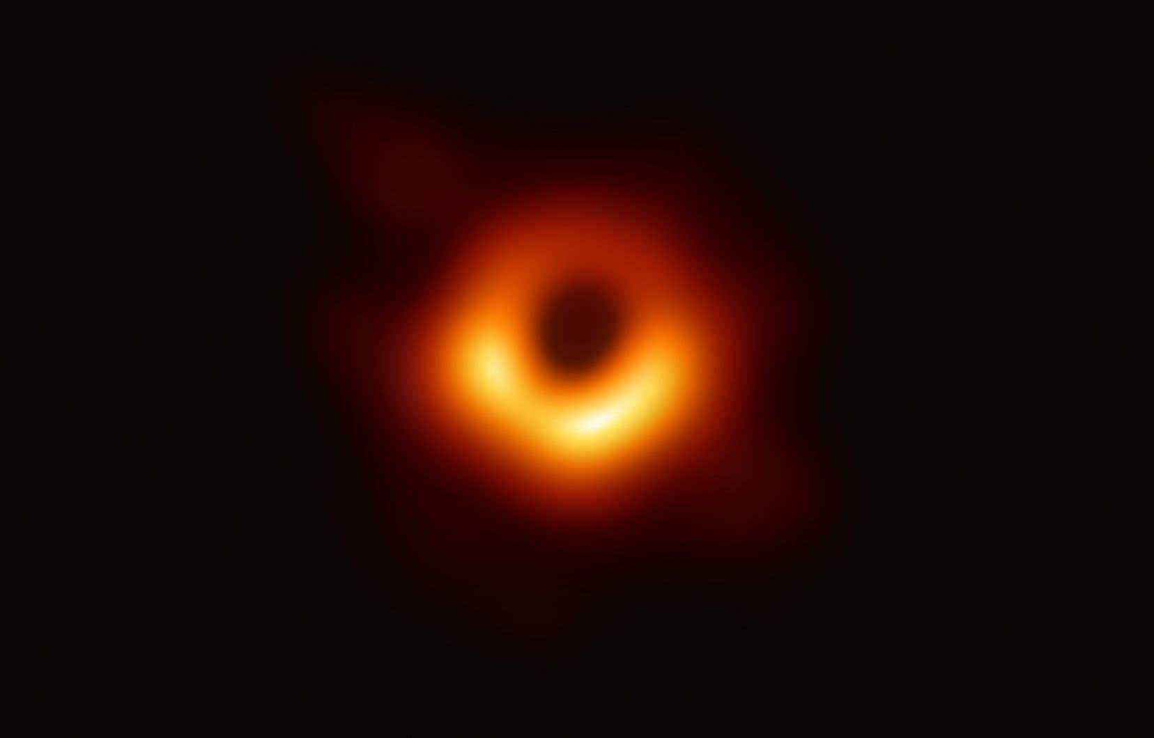L'image d'un rond sombre sur un disque rouge orangé d'intensité variable a été révélée mercredi par une équipe d'astronomes et de scientifiques.