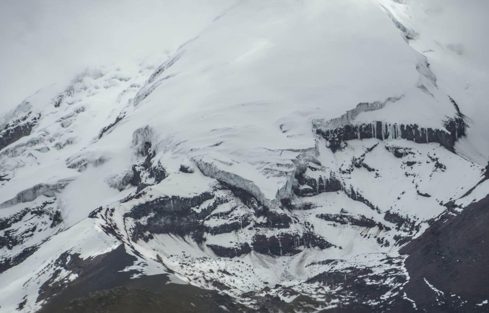 <p>Quand des éléments radioactifs sont relâchés dans l'atmosphère, ils retombent sur terre par des pluies acides, et peuvent être absorbés par les plantes et le sol.Mais quand ils tombent sous forme de neige et s'installent sur la glace, ils forment des sédiments plus lourds, qui s'accumulent dans les glaciers.</p>