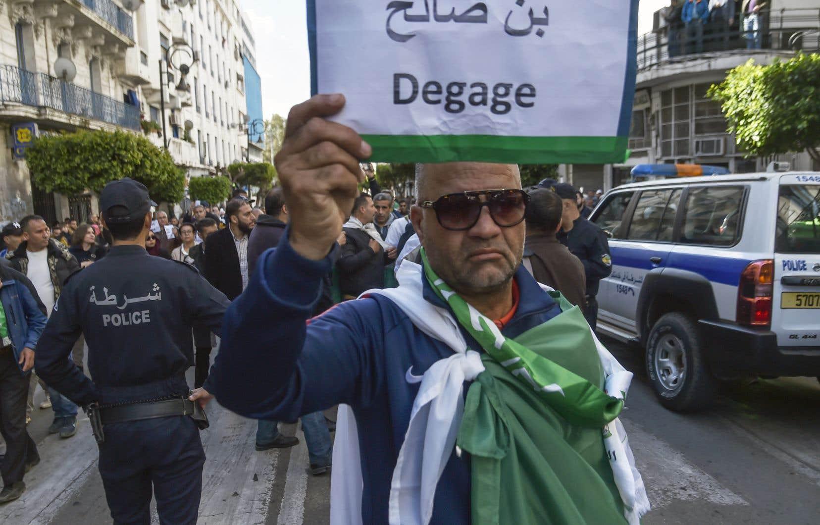 Des milliers de manifestants, gardés par un important dispositif policier, se sont à nouveau rassemblés à Alger, le mercredi 10 avril.