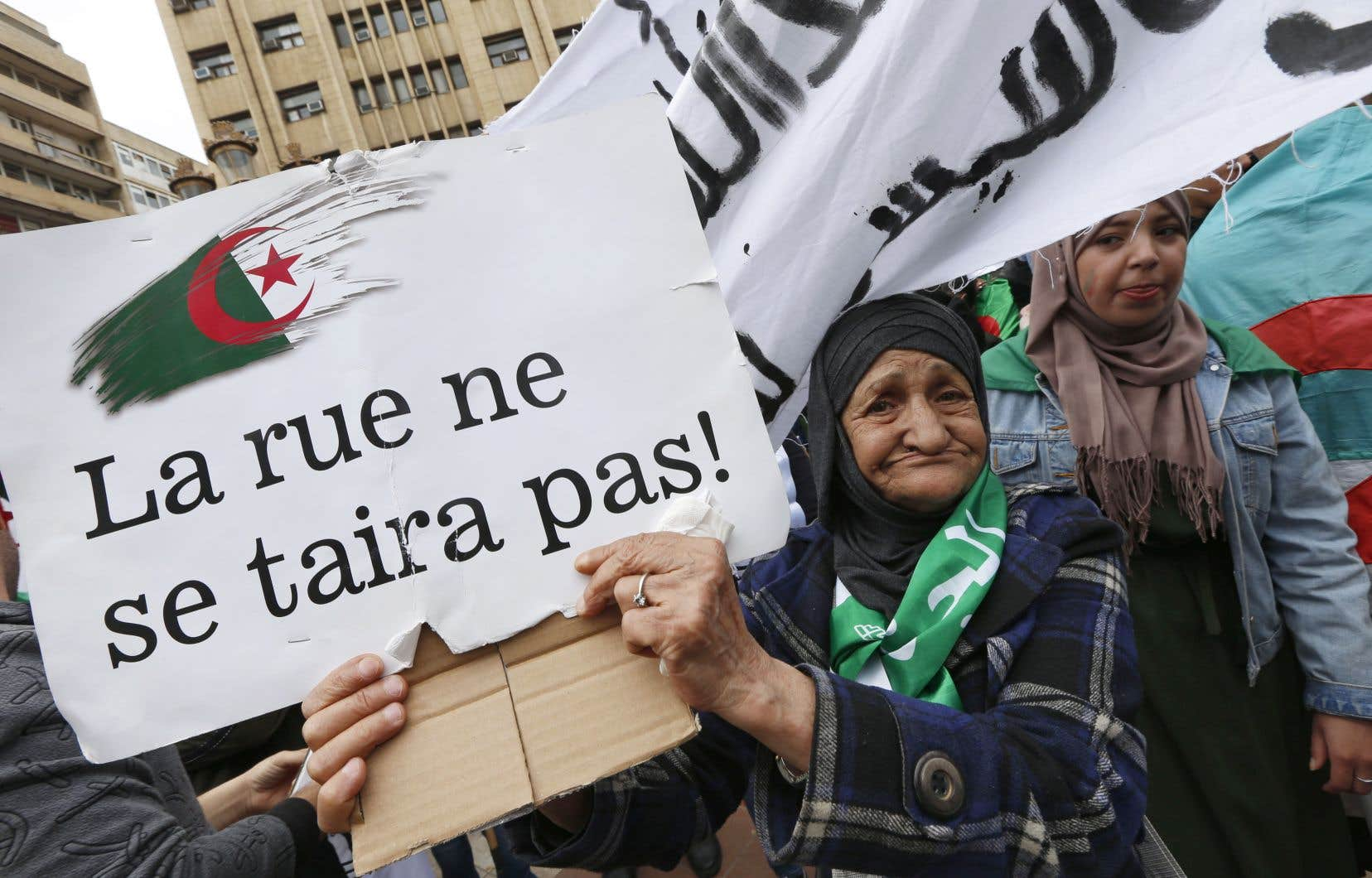 En Algérie comme au Soudan, des dirigeants établis depuis des dizaines d'années ont été lâchés par l'armée, qui peut ainsi se changer d'amie en ennemie.