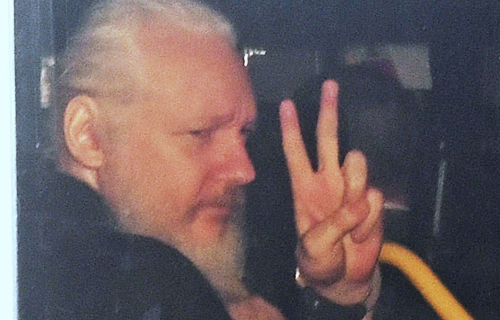 Julian Assange est conduit au centre de détention après sa comparution devant un tribunal londonien.