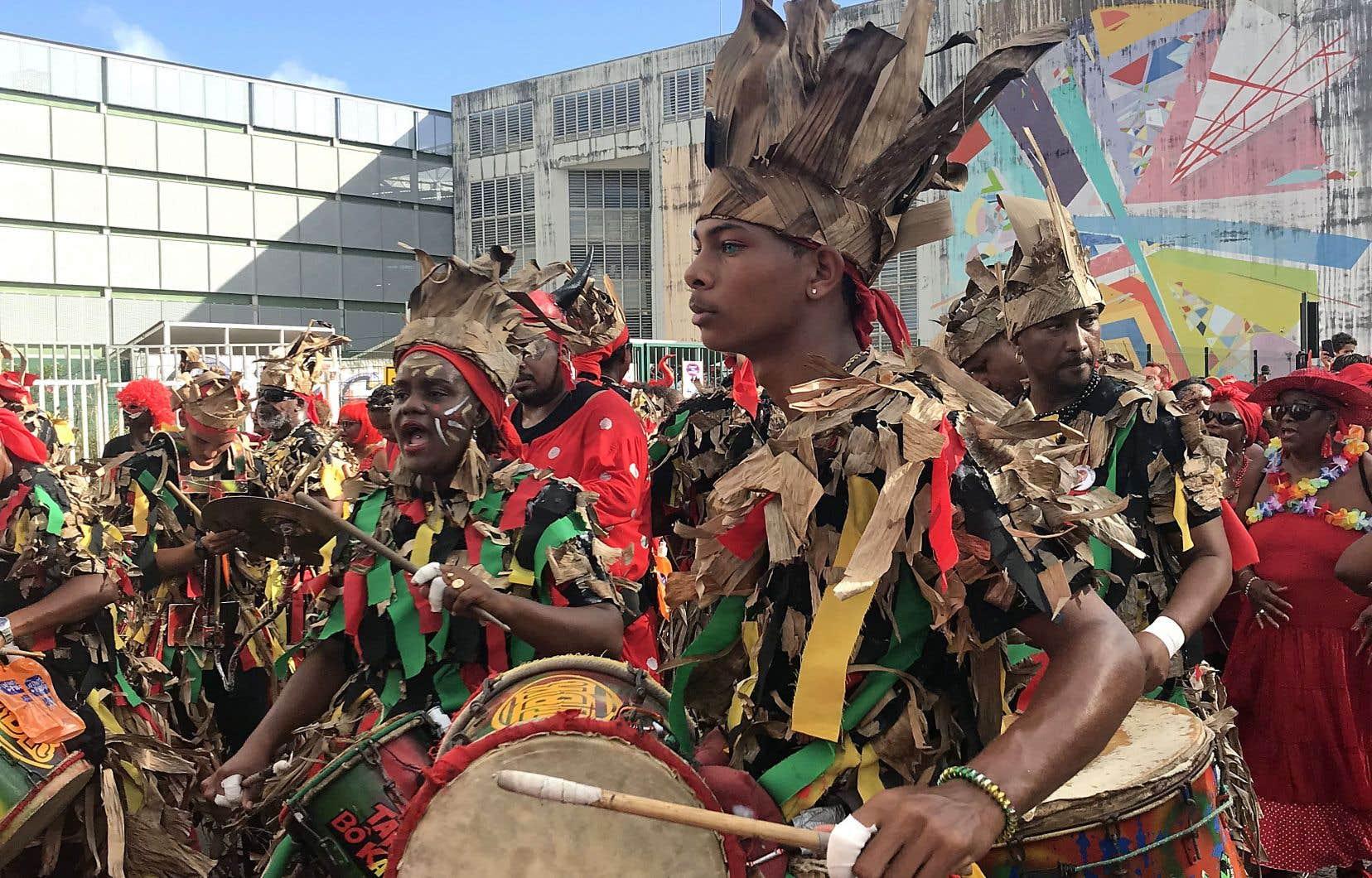Tanbou Bô Kannal lors de la parade du Mardi gras dans les rues de Fort-de-France.