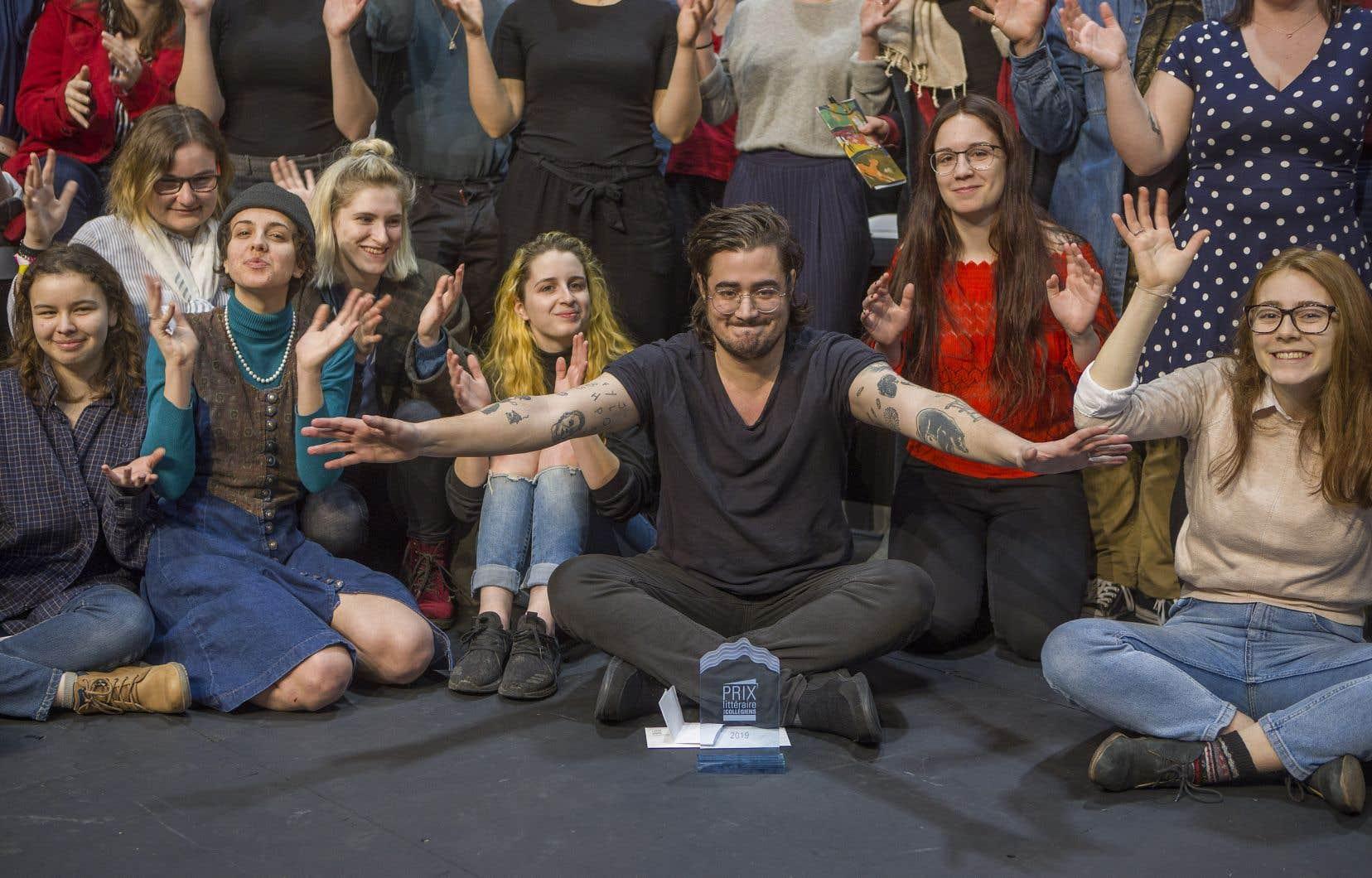 Jean-Christophe Réhel célèbre son prix au milieu des collégiens.