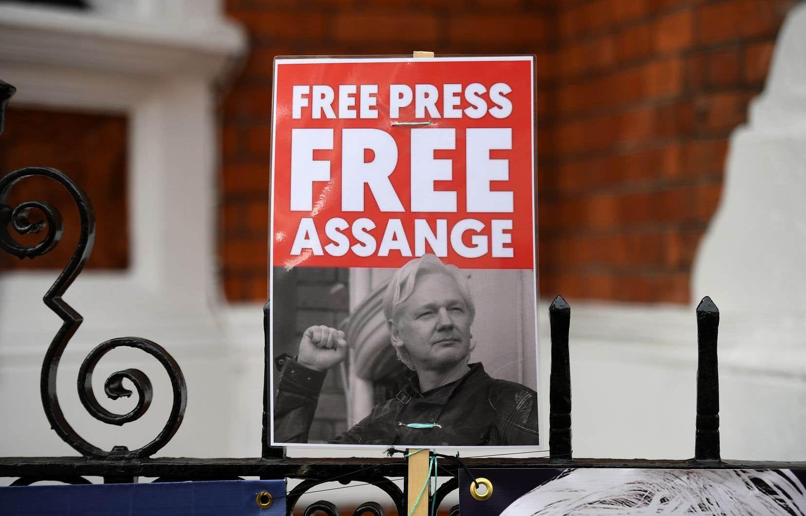 Début avril, alors que les rumeurs d'extradition circulaient, des manifestations de soutien à Julian Assange ont eu lieu devant l'ambassade d'Équateur à Londres.