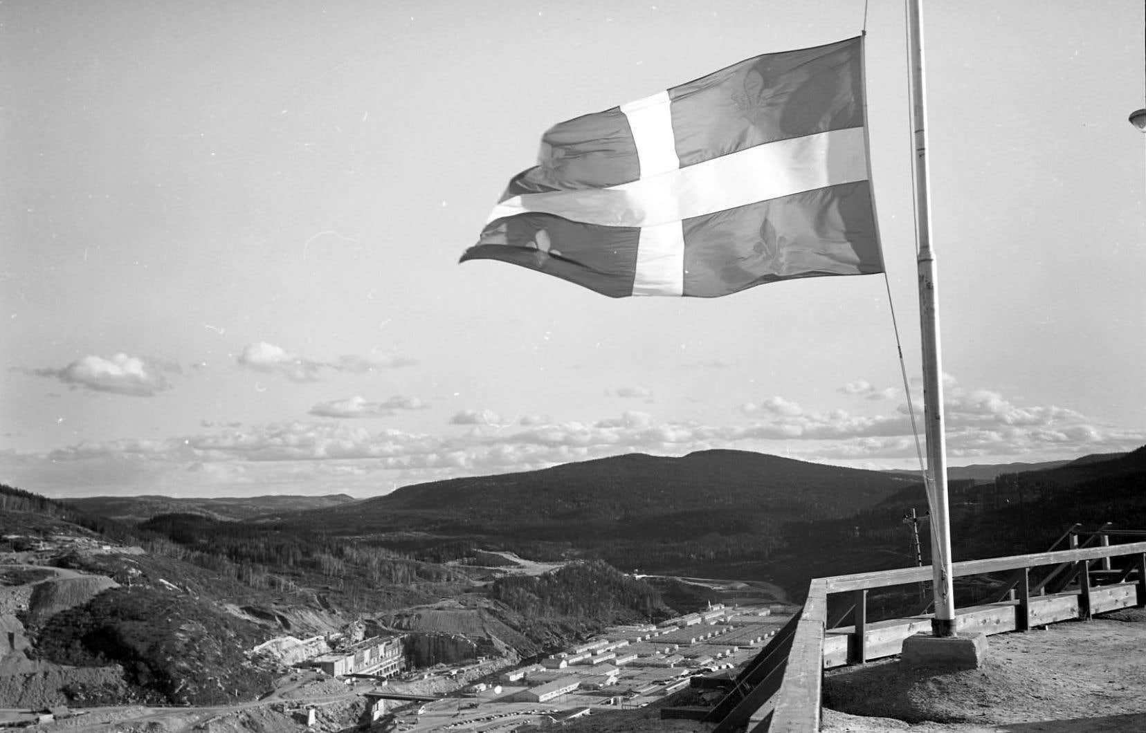 La veille de l'inauguration du complexe hydroélectrique Manic-5, en septembre 1968, le premier ministre québécois Daniel Johnson décède subitement dans son sommeil. Le lendemain, les drapeaux sont en berne.