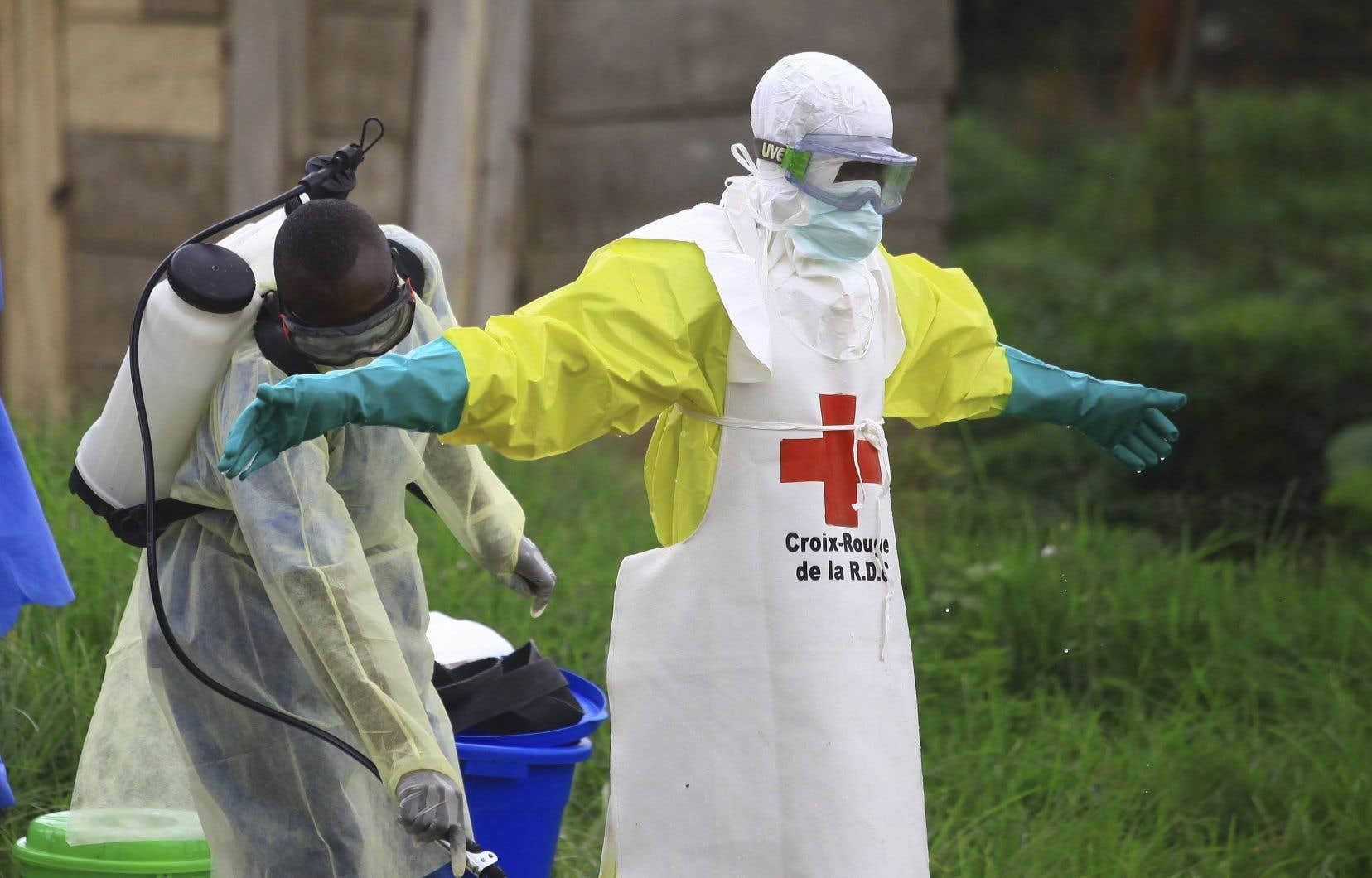 Le virus Ebola se transmet le plus souvent par contact de personne à personne, de personne à objets contaminés et d'animaux à personne.