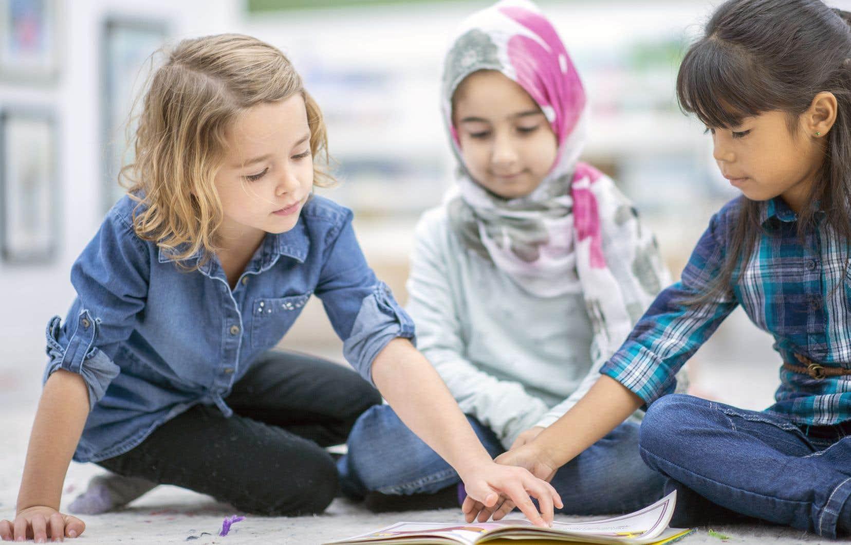 «Notre système scolaire accueille des milliers de jeunes de toute la planète. Il importe de valoriser les valeurs communes, dont le savoir et les connaissances», écrivent les auteurs.