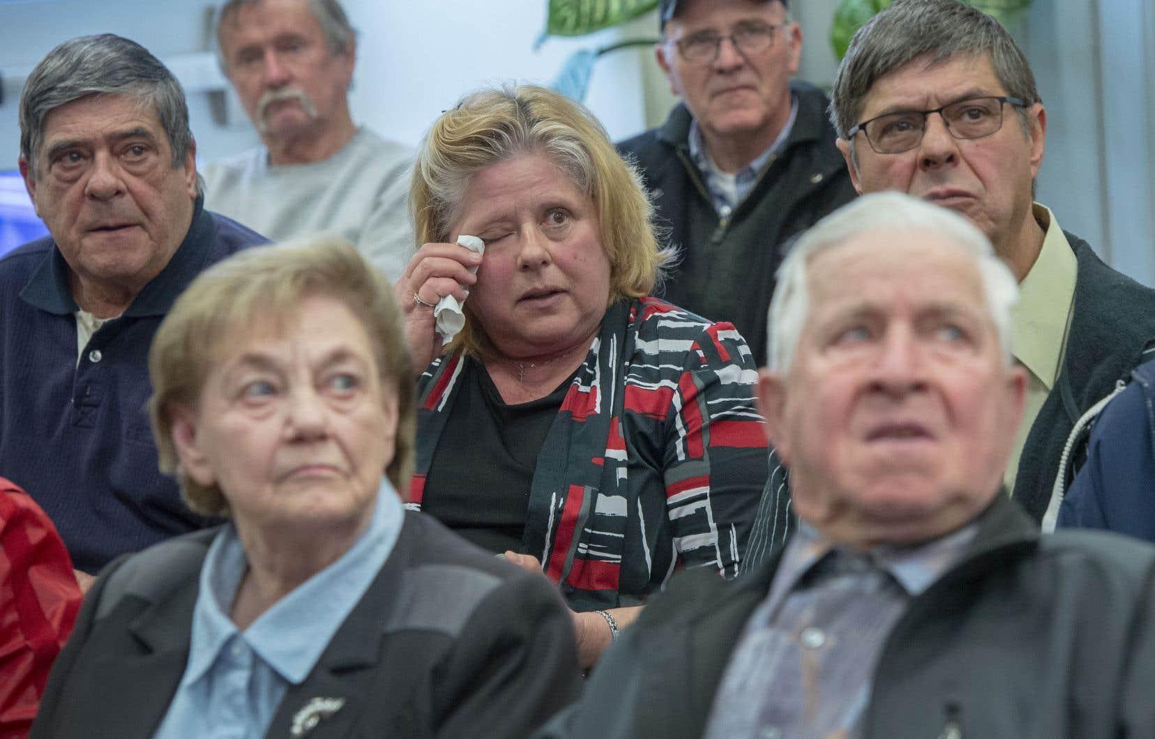 Des résidents lors de l'annonce, lundi à Mirabel, de la rétrocession de leurs terres 50 ans après qu'ils furent expropriés pour la construction de l'aéroport